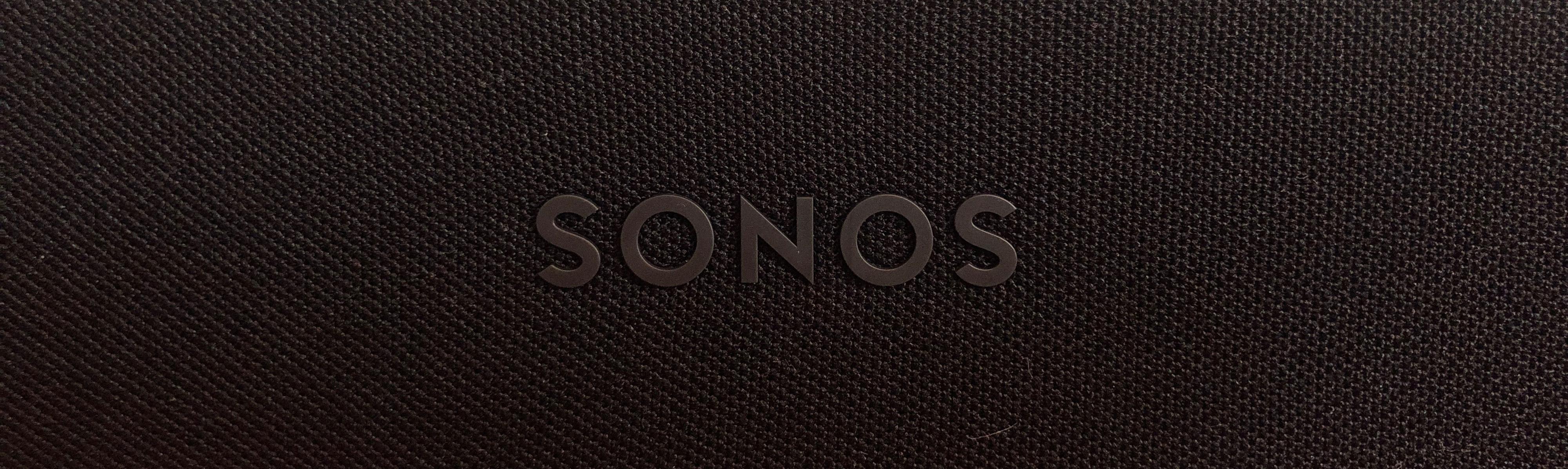 Sonos-logoen er selvfølgelig på plass, midt på den det mye tøystoffet på front.