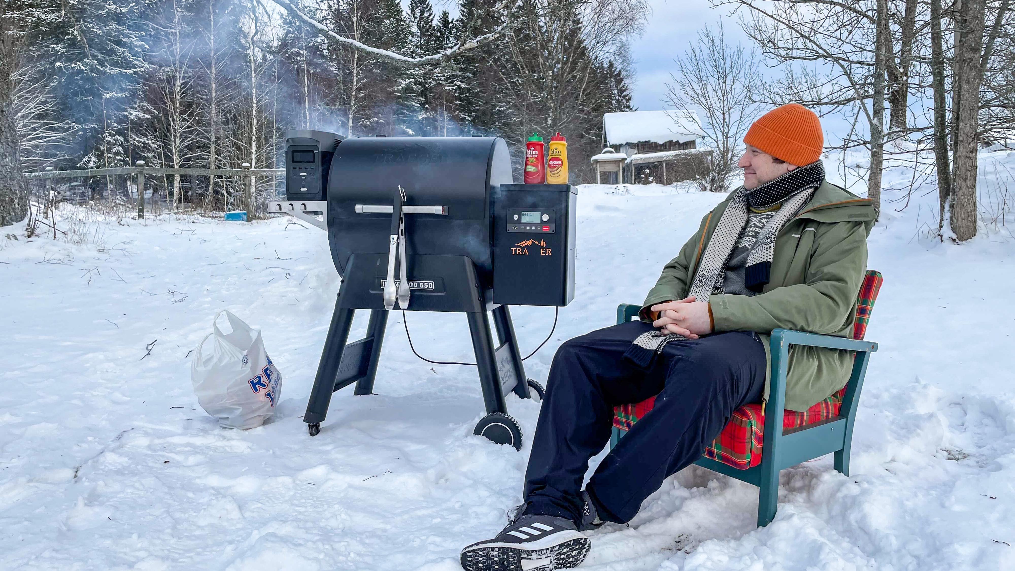 En elektrisk pelletsfyrt grill gjorde oppvarming, tenning og «bålpusting» i en drøy times tid uten å plage Delta 1300 nevneverdig.