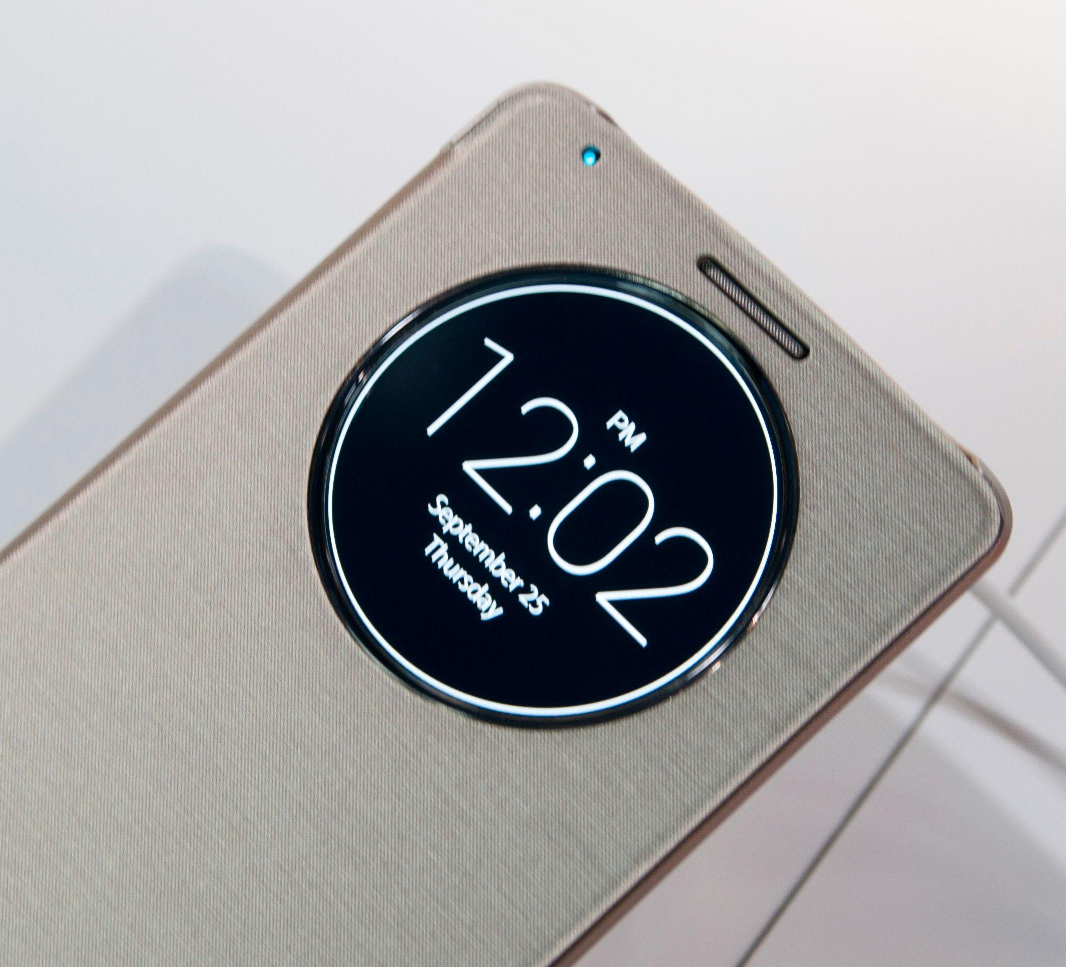 Lansere en ny toppmodell uten et deksel til? Det går ikke. LGs nye smartdeksel har et rundt øye som kan vise informasjon når telefonen er låst.Foto: Finn Jarle Kvalheim, Amobil.no