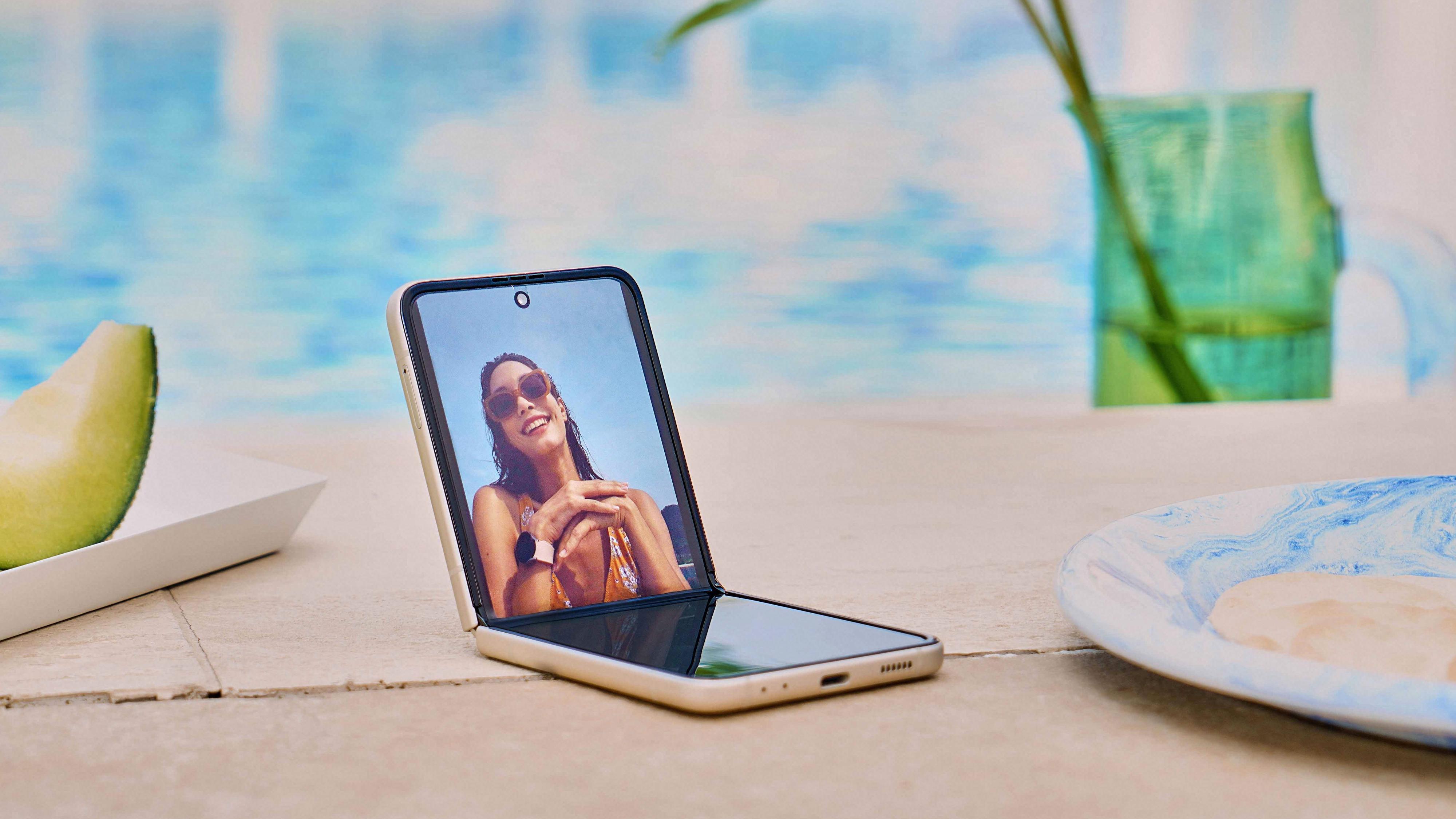 Galaxy Z Flip 3 vil koste 11500 kroner, og dermed bli ganske «billig» til brettemobil å være - den kan sammenliknes med «vanlige» Galaxy S21-er eller iPhone 12-er. Brettemobilene er altså nede i toppmodellpriser etter et par år som ekstremt dyre.