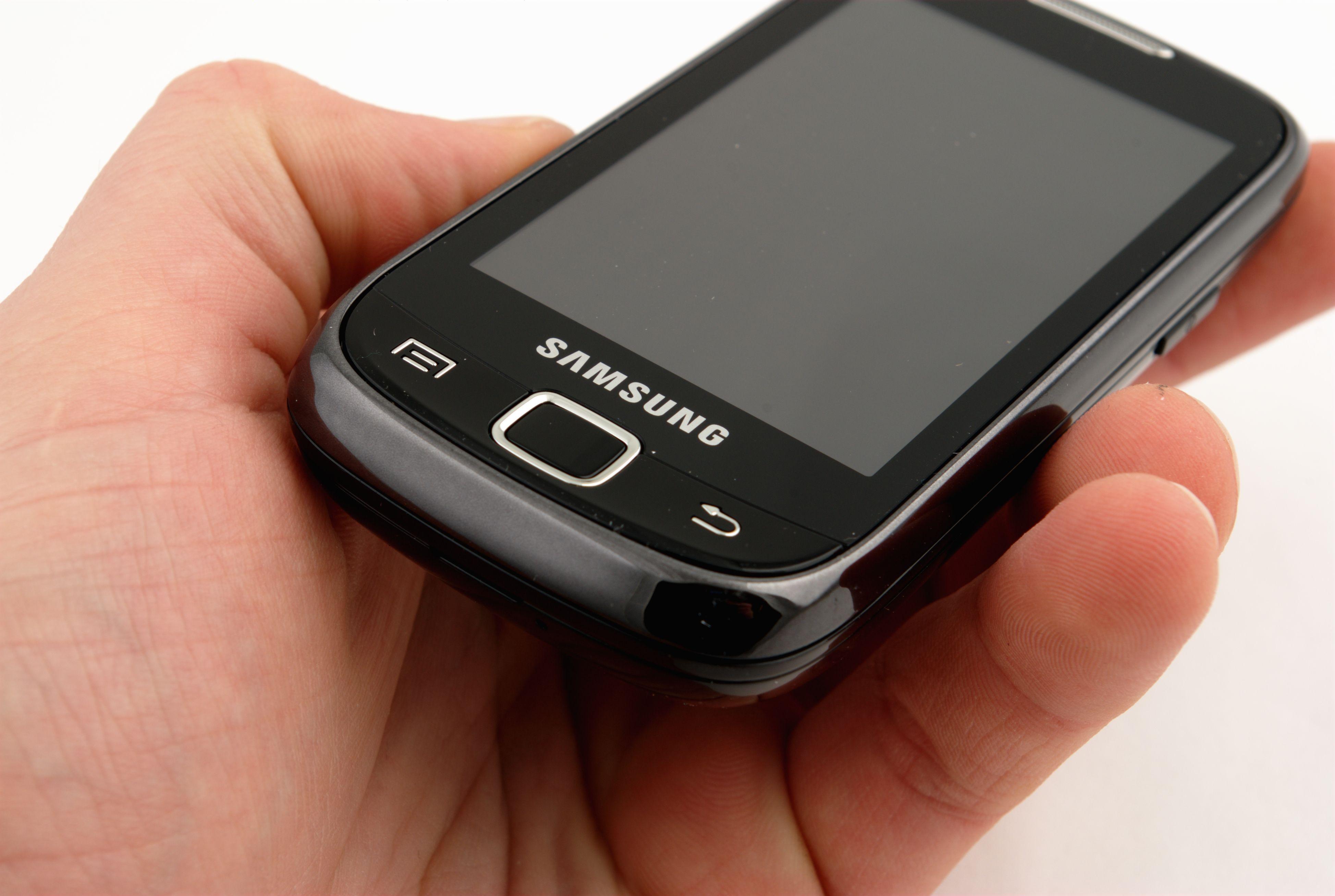 Ved første øyekast ser Galaxy 551 ut som en litt klumpete touch-telefon.