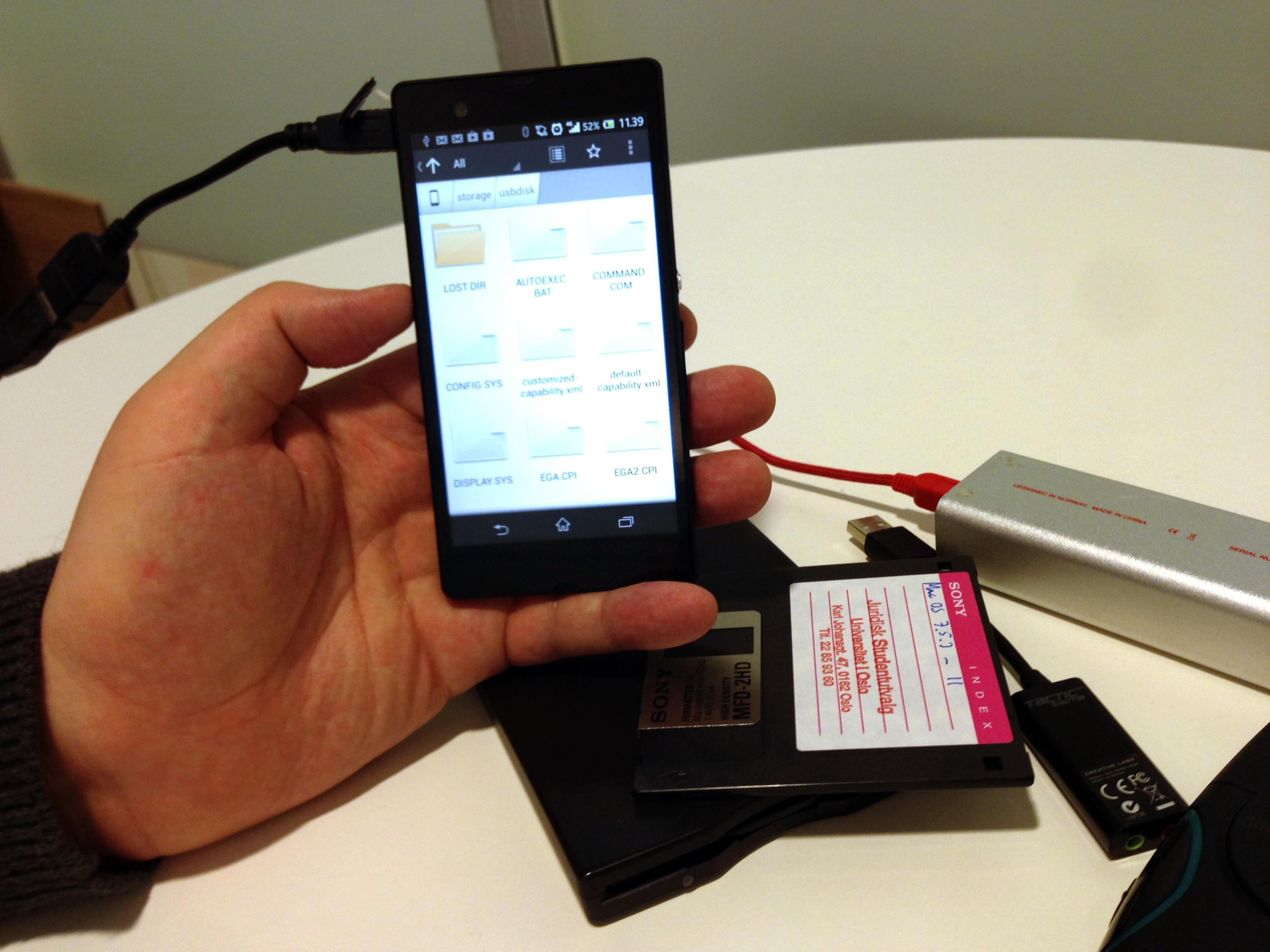 Med en ekstra USB OTG-kabel er det mulig å koble Xperia Z til svært mye rart - for eksempel en diskettstasjon.Foto: Kurt Lekanger, Amobil.no
