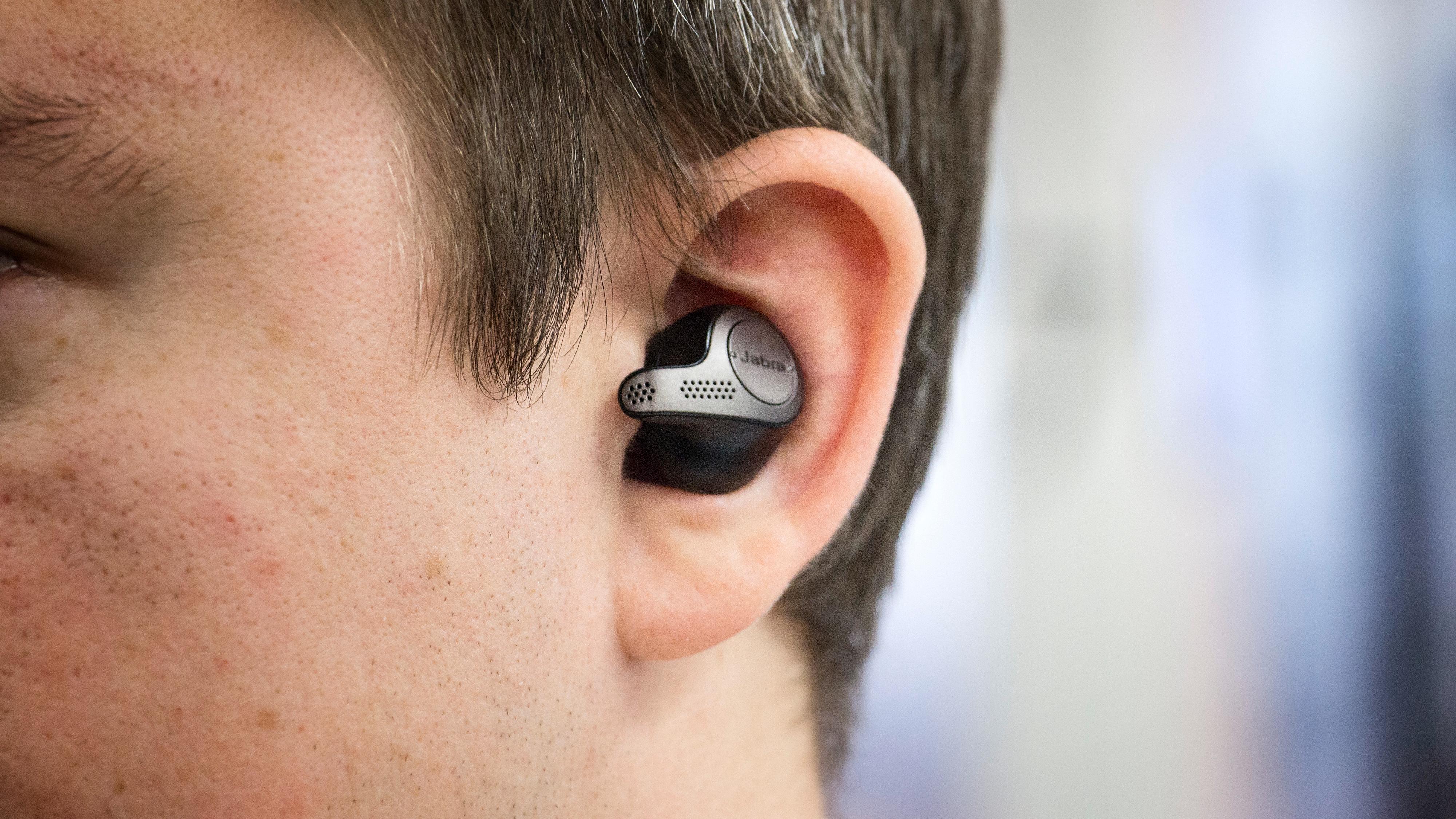 Elite 65t har en litt Airpods-liknende pinne rettet mot munnen din, for bedre samtalekvalitet.