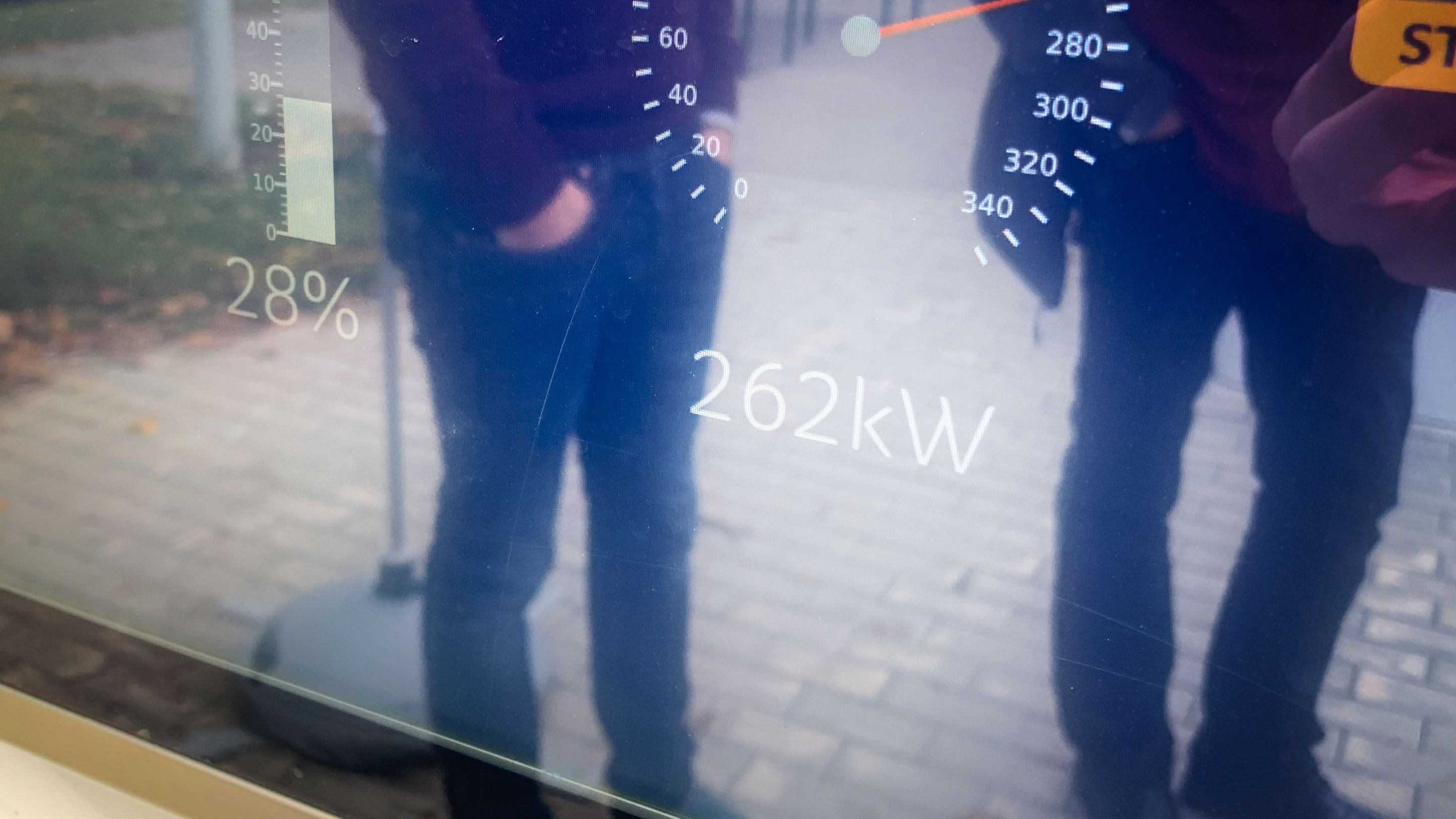 262 kilowatt var det meste vi oppnådde, men kun i et par minutter. Taycan lader uansett veldig kjapt.