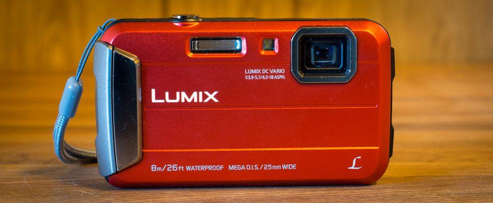 Panasonic Lumix FT30 er det mest lommevennlige kameraet i testen. Foto: Kristoffer Møllevik, Tek.no