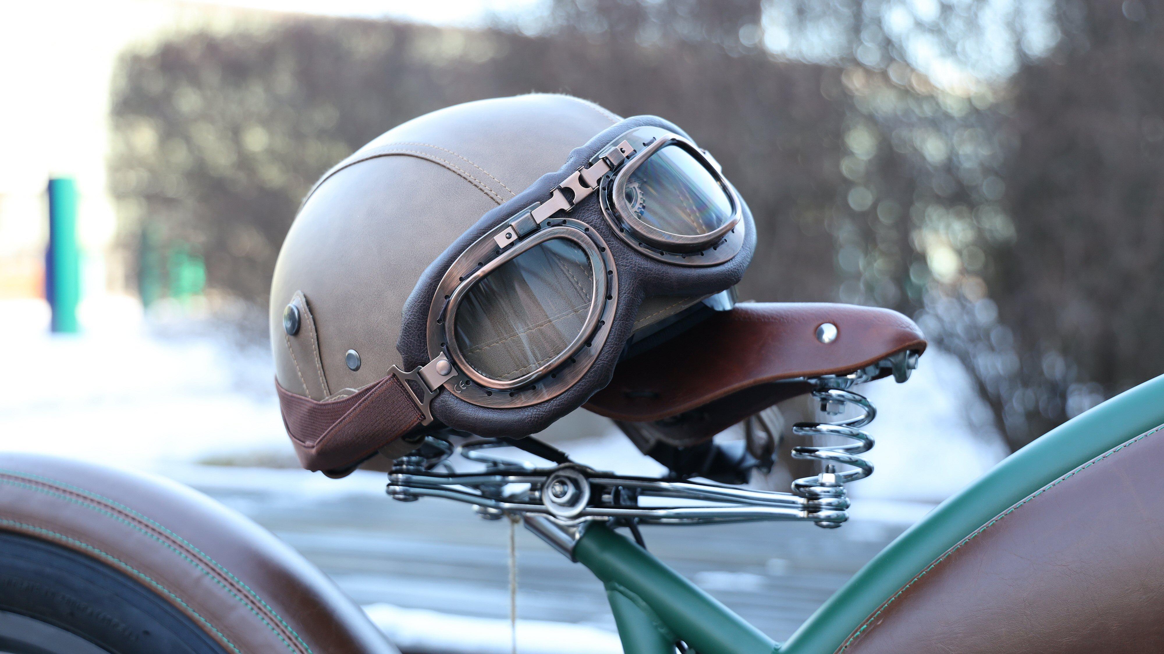 Rayvolt-syklene har detaljer i metall og lær – og ekstrautstyr som hjelm, briller og lærvesker til den som ønsker å ta den helt ut.