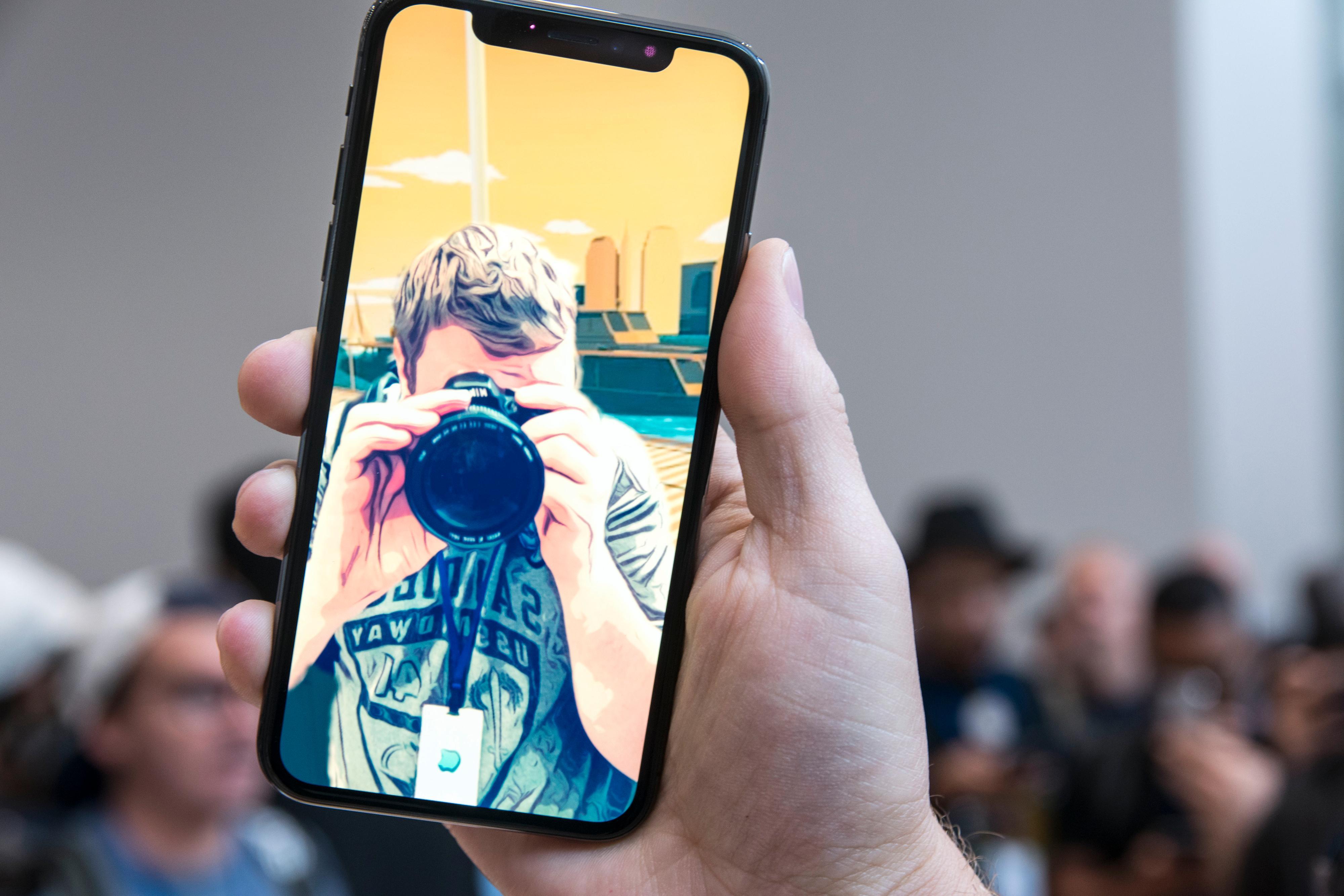 Det er i stor grad kreftene i maskinvaren og muligheten iOS 11 byr på som forener iPhone 8- og iPhone X-modellene. I tillegg til trådløs lading og enkelte kamerafunksjoner. Her tegneserieforvandling i Clips på en iPhone X.