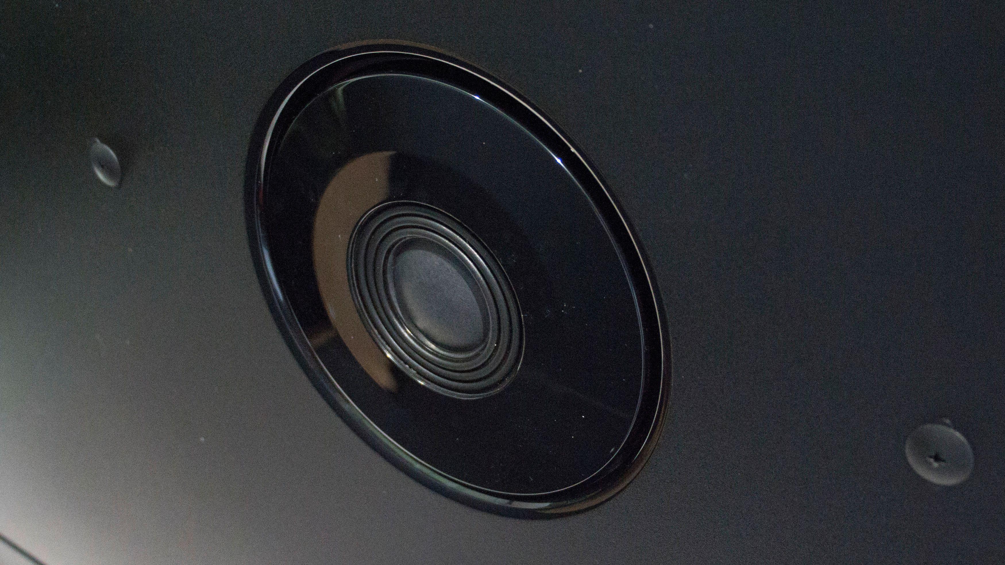 På baksiden har Philips funnet plass til en høyttaler.