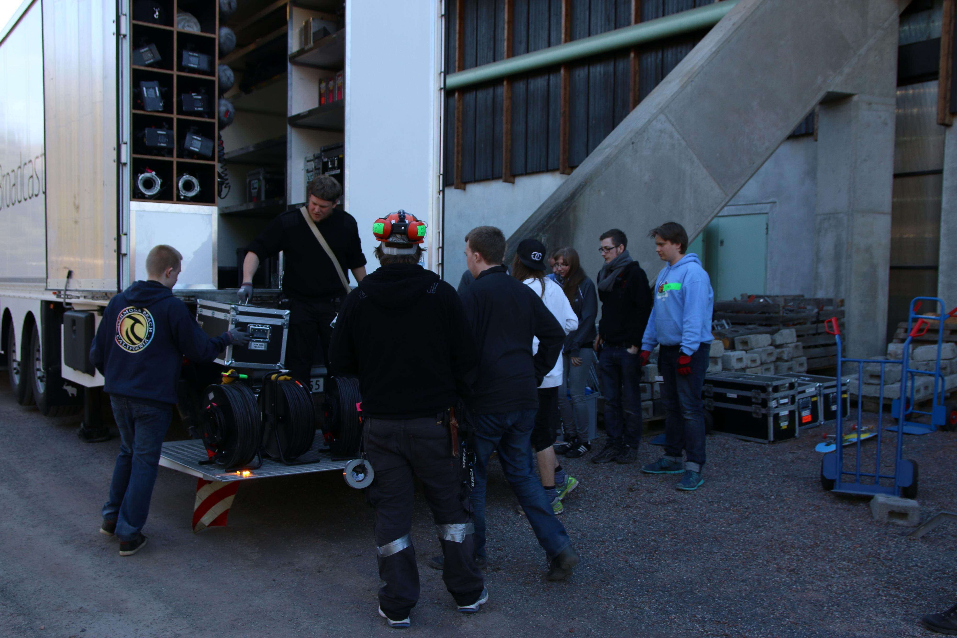 Masse utstyr skal ut av bussen og inn i hallen. .Foto: Ole Henrik Johansen / Hardware.no