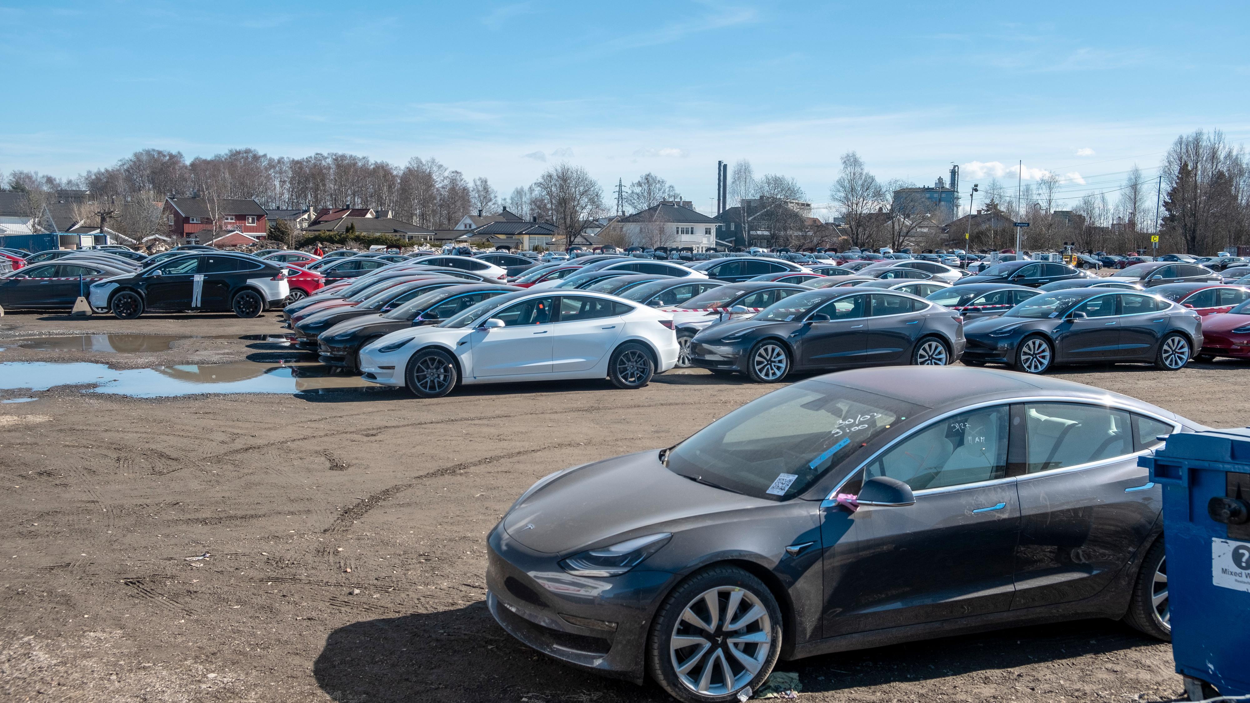 Slik så det ut på varemessa i Lillestrøm i mars i 2019. Den gangen ble det registrert over 5300 Model 3-er på én måned. Tesla ber oss pent om å vente på registreringsstatistikken for å få et inntrykk av hvor mange nye Model Y-er som skal ut på veiene i uken som kommer.