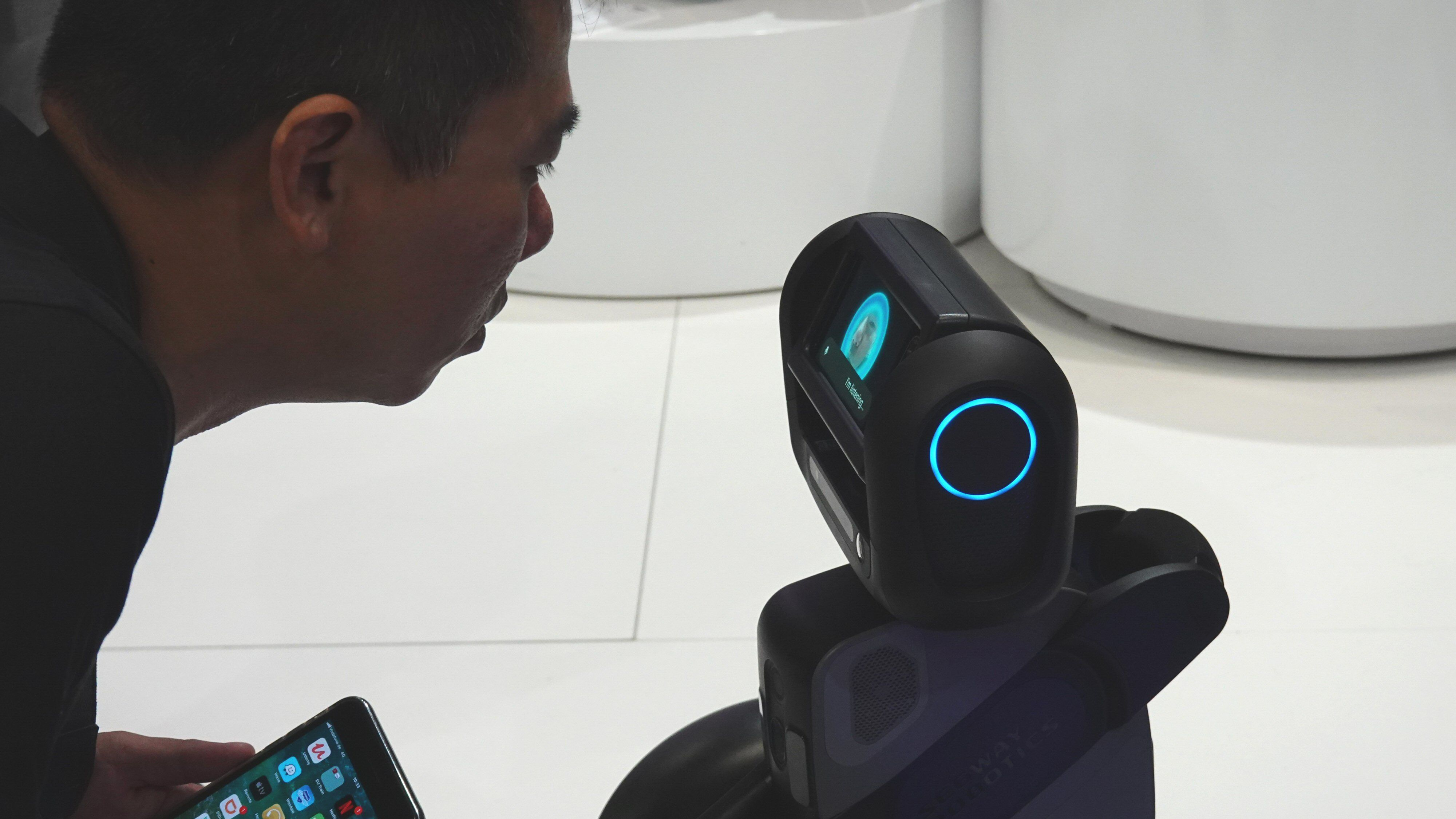 Roboten skal gjenkjenne ansikter og stemmer.
