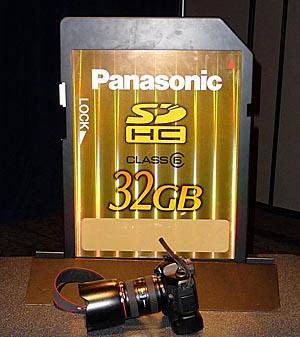 Panasonics nye STORE SD-kort. En EOS 5D med vertikalgrep og 24-70mm f2.8 ligger foran for å angi størrelsen.