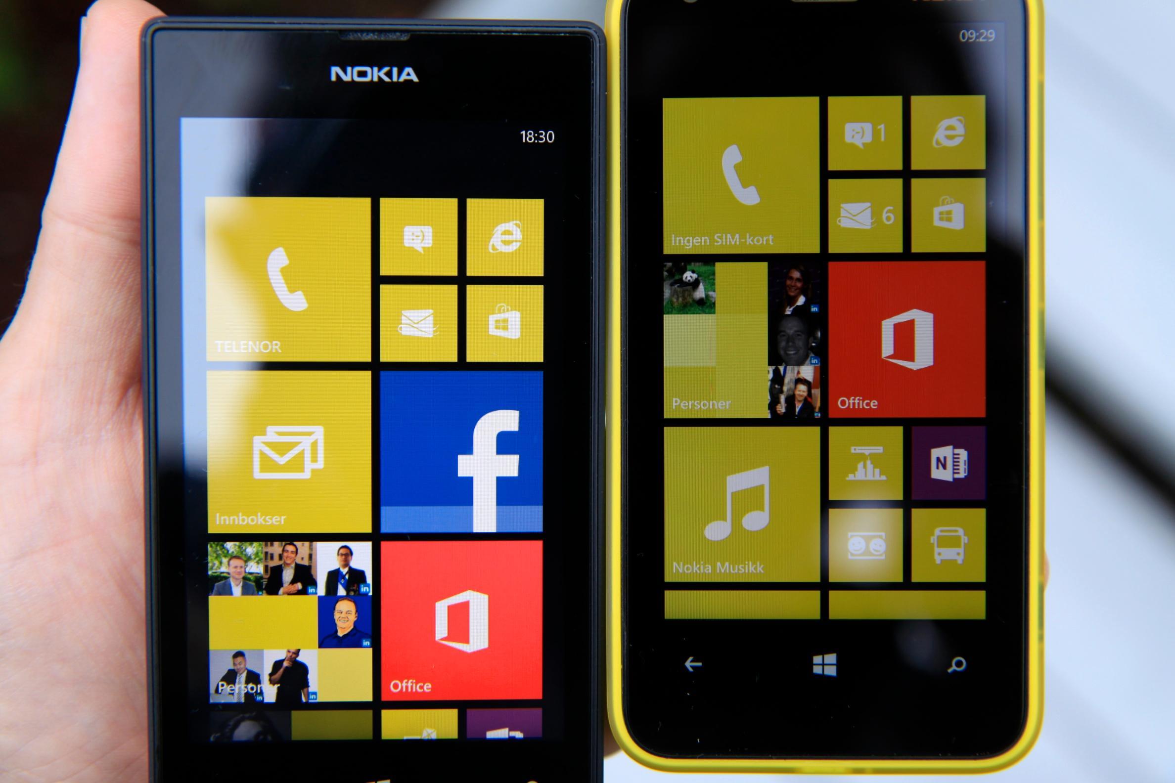 Lumia 520 (til venstre) og 620 ved siden av hverandre. Sett rett forfra ser Lumia 520-skjermen fin ut, men du skal ikke holde den veldig skrått før bildet blir dårligere.Foto: Kurt Lekanger, Amobil.no