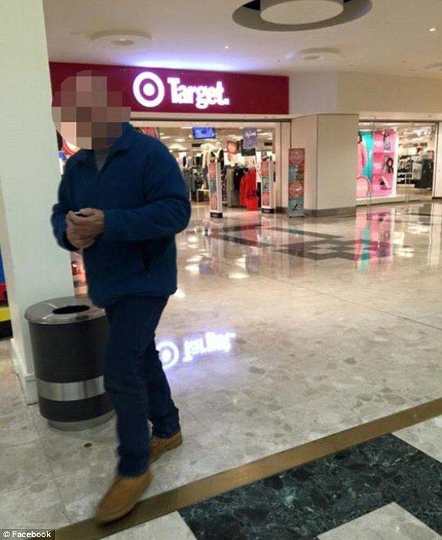 Dette bildet tok moren av mannen da han var på vei ut av senteret. Foto: Skjermdump fra Facebook