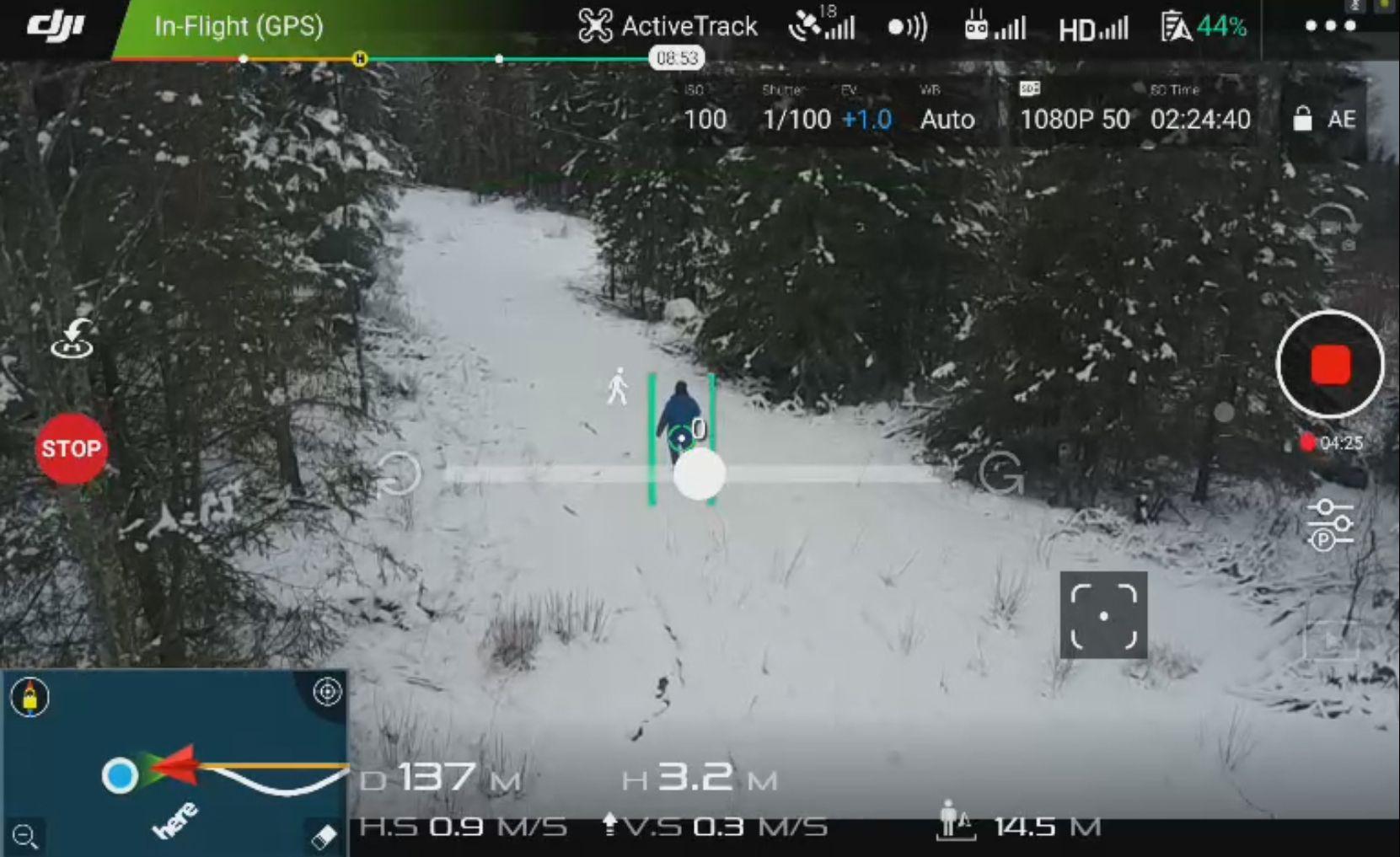 Ved hjelp av kollisjonssensorene fikk vi til og med dronen til å følge oss inn blant trærne uten å krasje, og dronen reduserte også høyden sin da jeg beveget med nedover i terrenget.