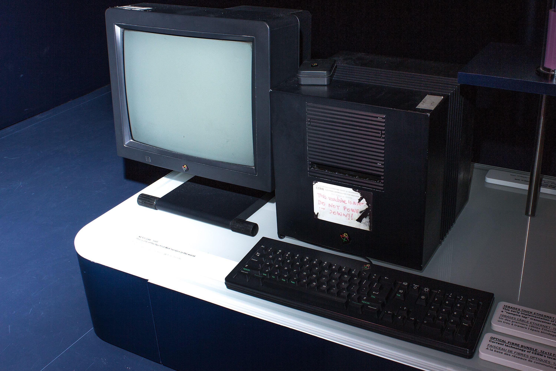 Den første webserveren står den dag i dag utstilt i Cerns enorme datasenter i Sveits.Foto: Varg Aamo, Hardware.no