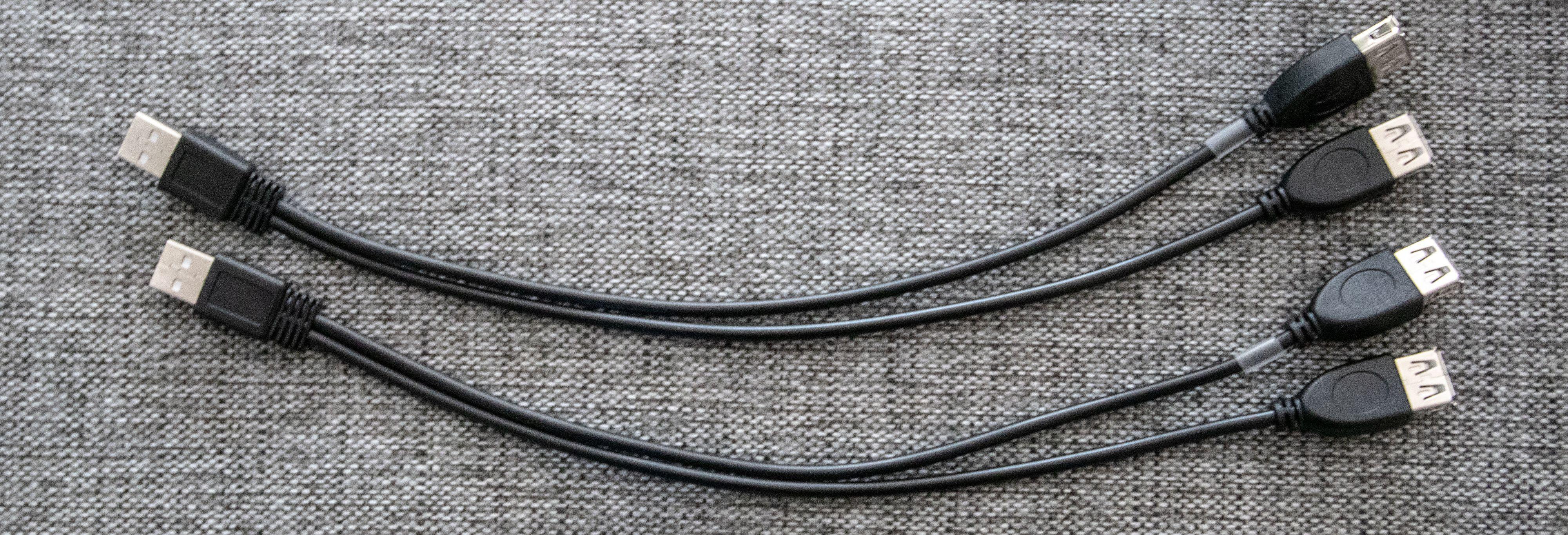 Det følger med USB-splittere som lar deg frigjøre usb-portene, selv om de brukes for å gi strøm til ladeplaten.