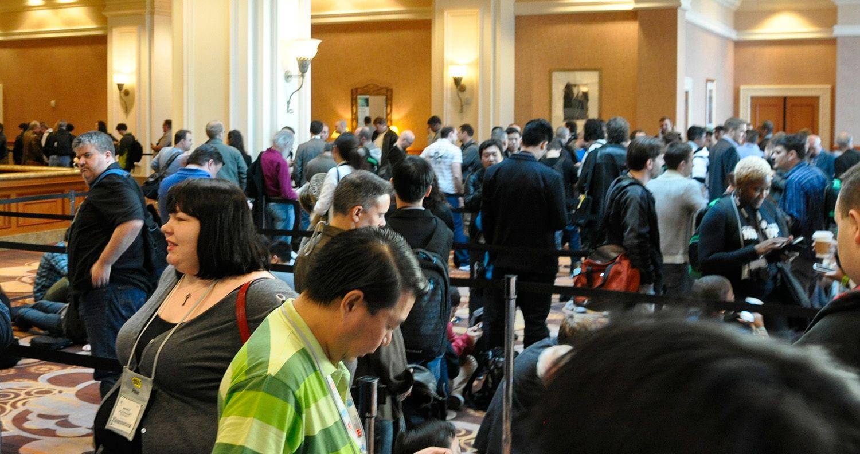 Det var mange som ventet på å få komme inn til CES Unveiled.
