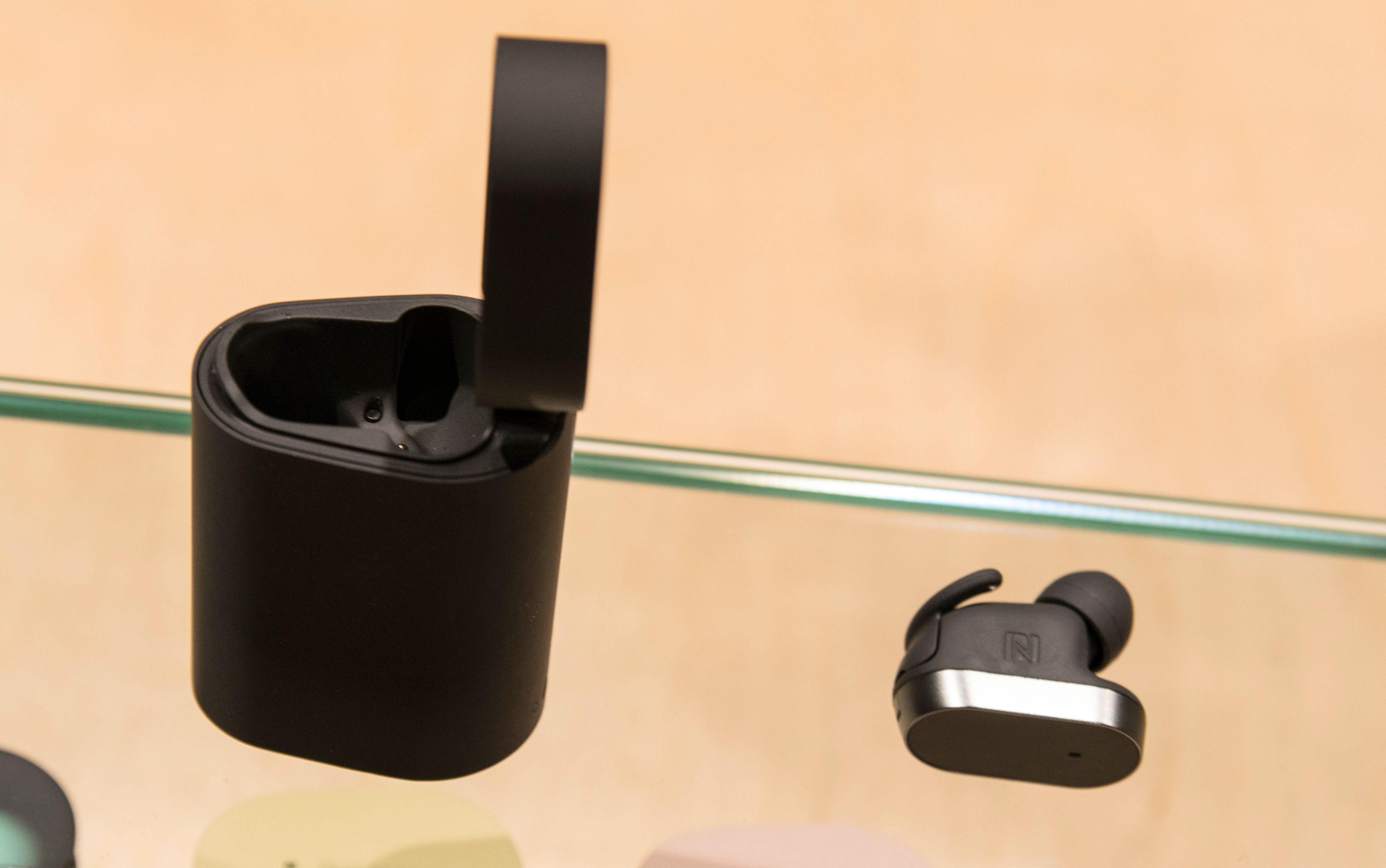 Det første av Xperia Concept-produktene som dukker opp i butikkene er Xperia Ear. En øreplugg der smart programvare skal gi deg mye av den samme informasjonen, om enn i en langt mindre moro pakke enn Agent.