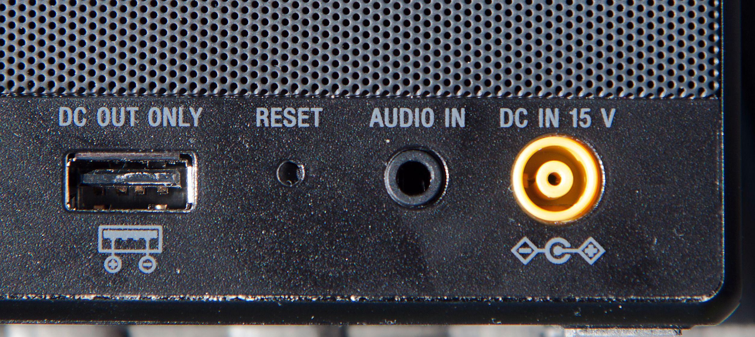 USB-porten på baksiden er praktisk for å lade mobilen. Foto: Kurt Lekanger, Tek.no