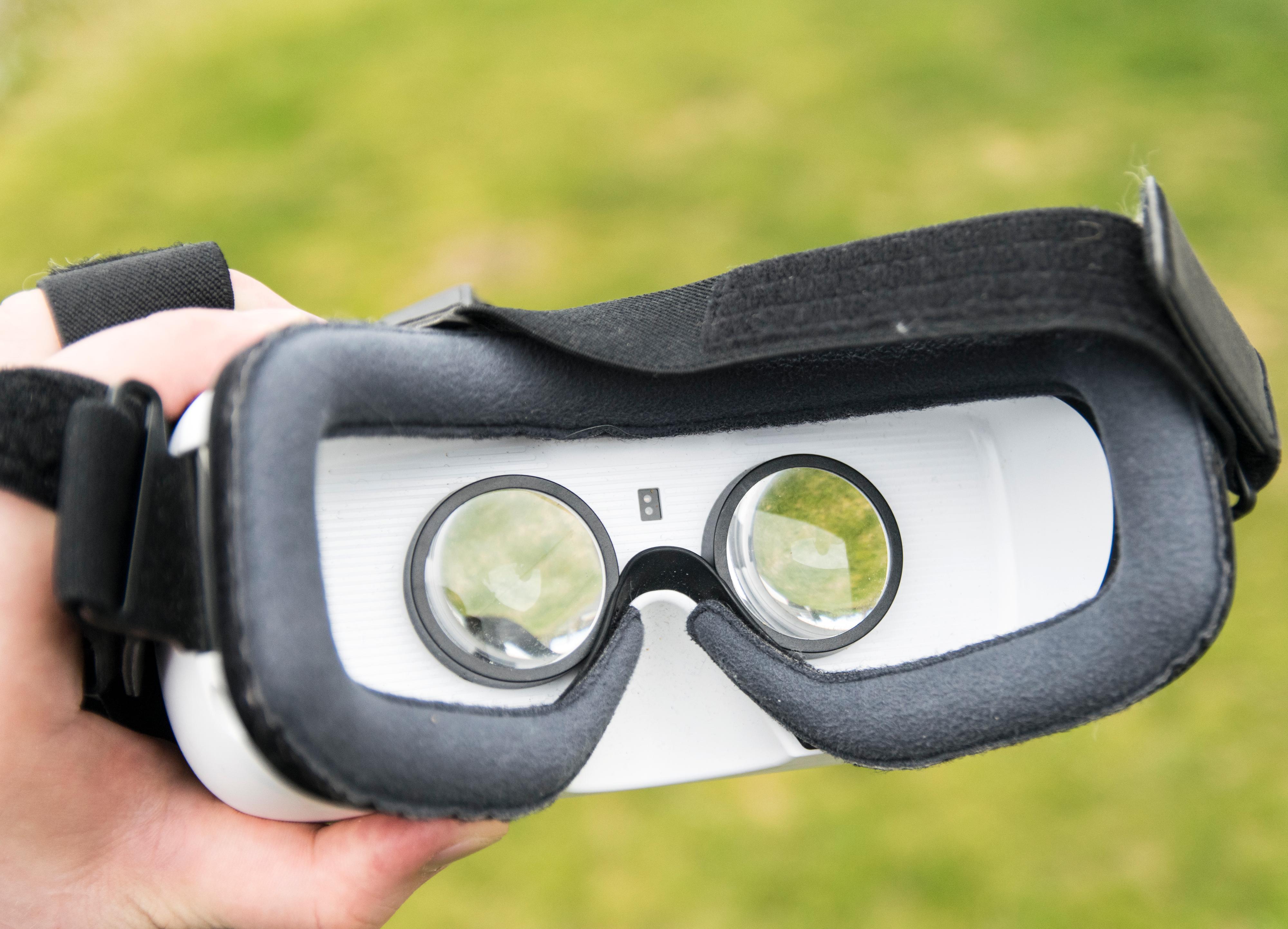 Forrige generasjon Gear VR hadde hvit farge på innsiden. Akkurat hvorfor Samsung ikke valgte å gjøre den mørk er uvisst. Hvitt reflekterer lys, og til tider kunne man se maskens konturer fra innsiden. Da ble magien fort brutt.