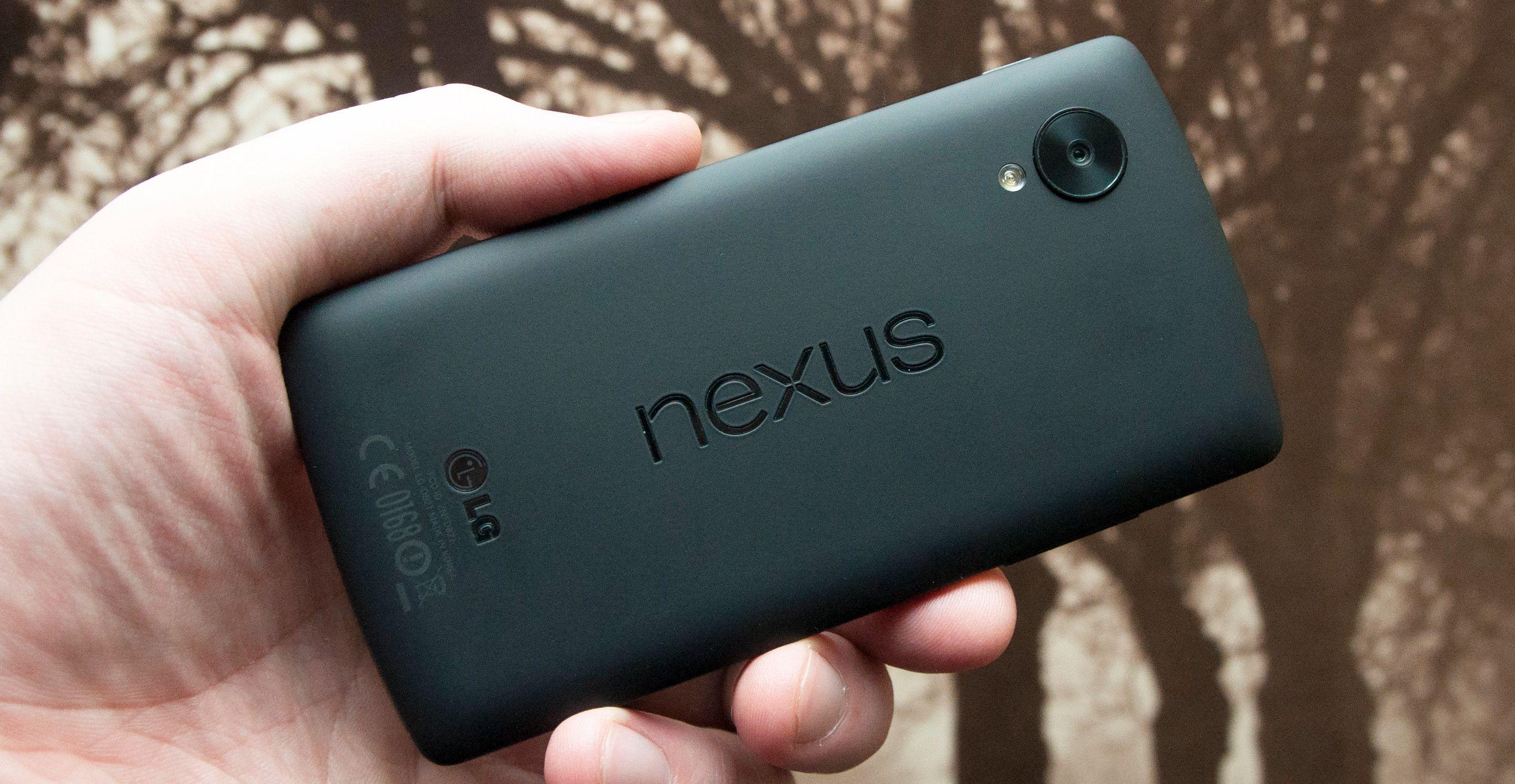 Nexus 5 har gummiert bakside, og en størrelse som gjør at den er god å holde.Foto: Finn Jarle Kvalheim, Amobil.no