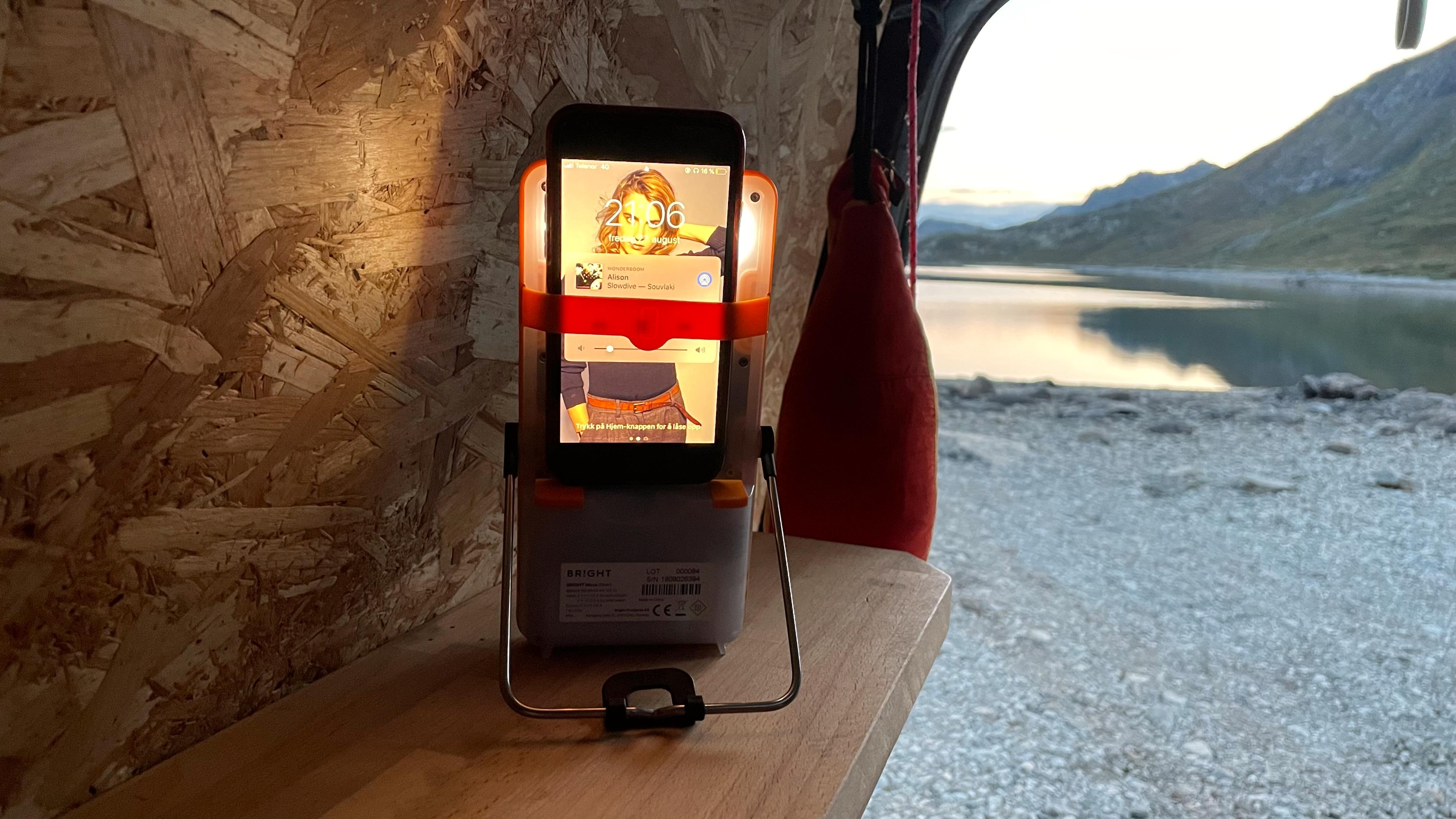 Mobilholderen ser praktisk ut, men er neppe i bruk særlig lenge siden batterikapasiteten er såpass svak.