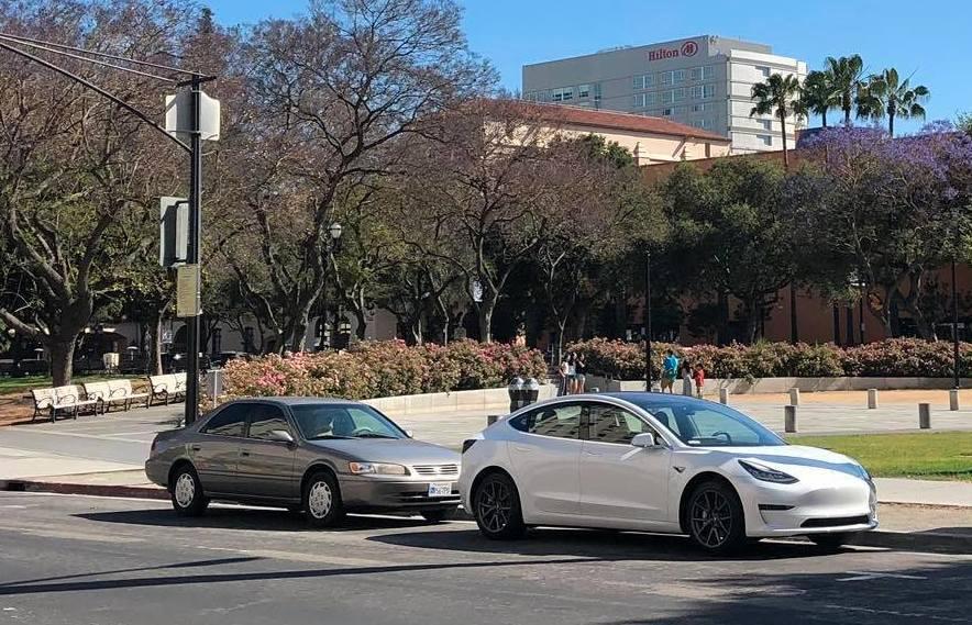 Foreløpig er tre av fem ulike Model 3-utgaver i produksjon. Variantene med 50 kWh-batterier kommer først senere. I USA er utleveringen av biler for lengst i gang - her en Model 3 parkert på gaten i San Jose.