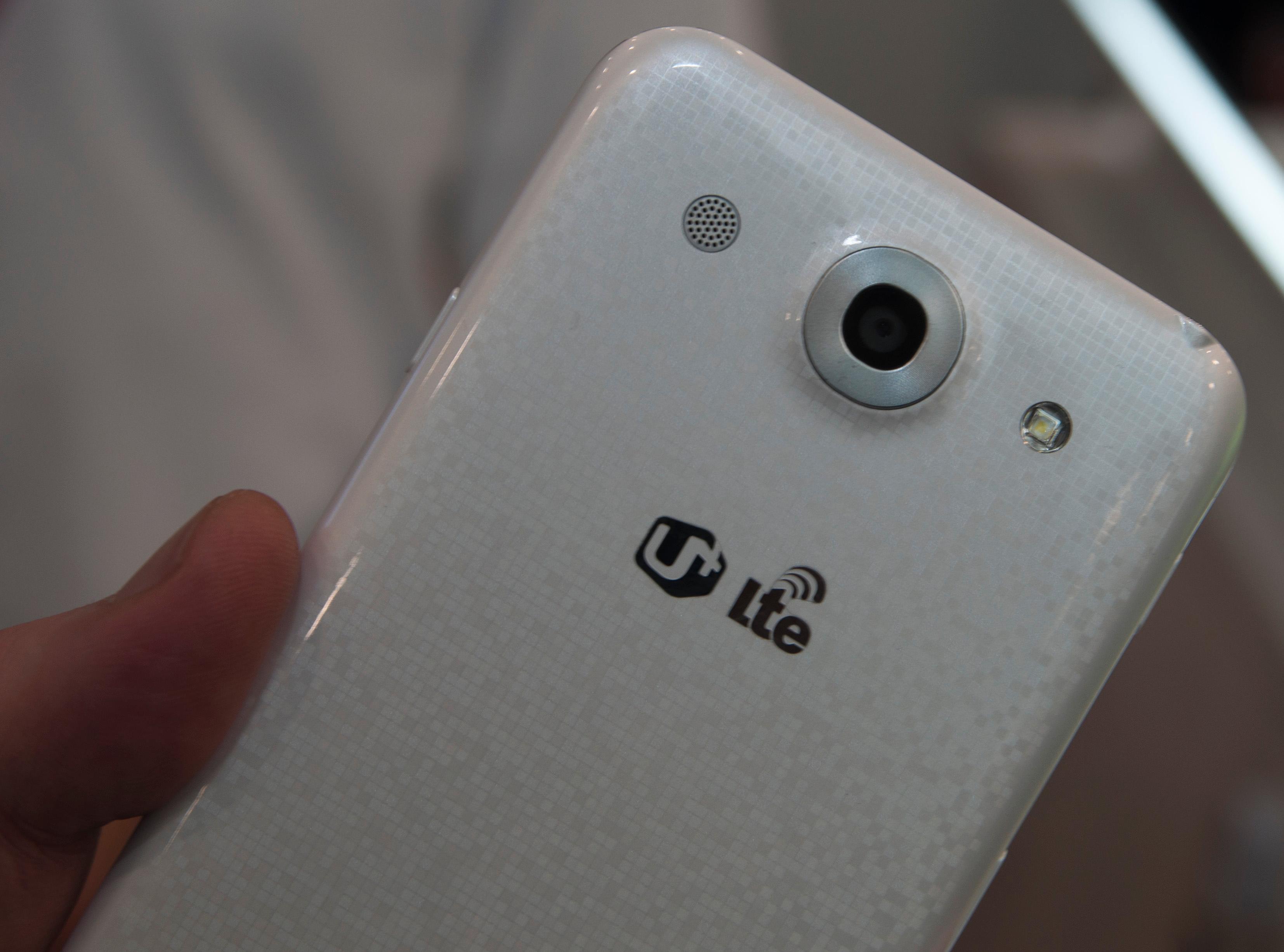 Baksiden på Optimus G Pro har det samme discokulemønsteret som Nexus 4 har. Her er imidlertid byggematerialet plast.Foto: Finn Jarle Kvalheim, Amobil.no