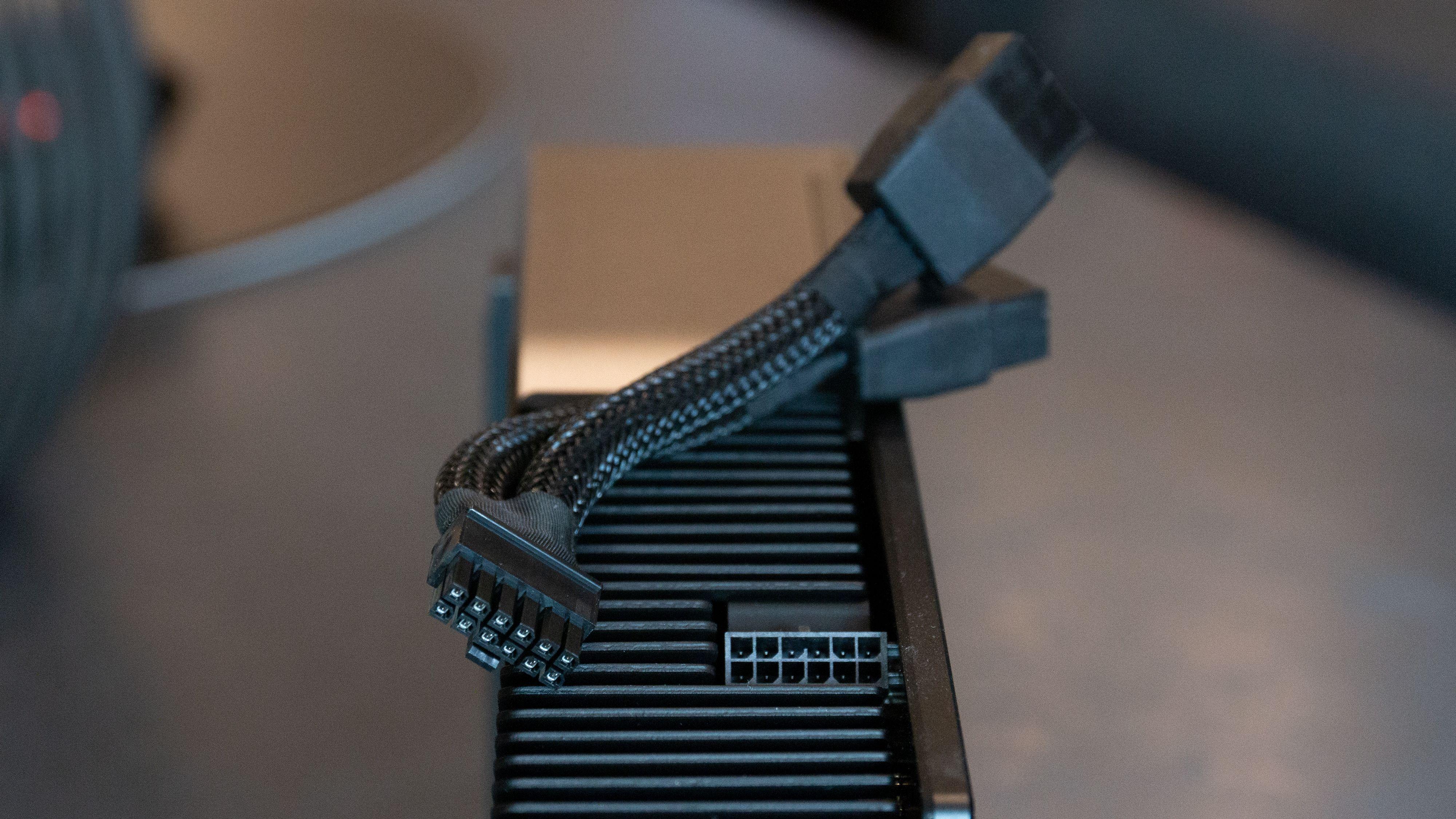 Nvidias Founders Edition krever at du bruker en krympet 12-pin til 2x 8-pinner adapter.