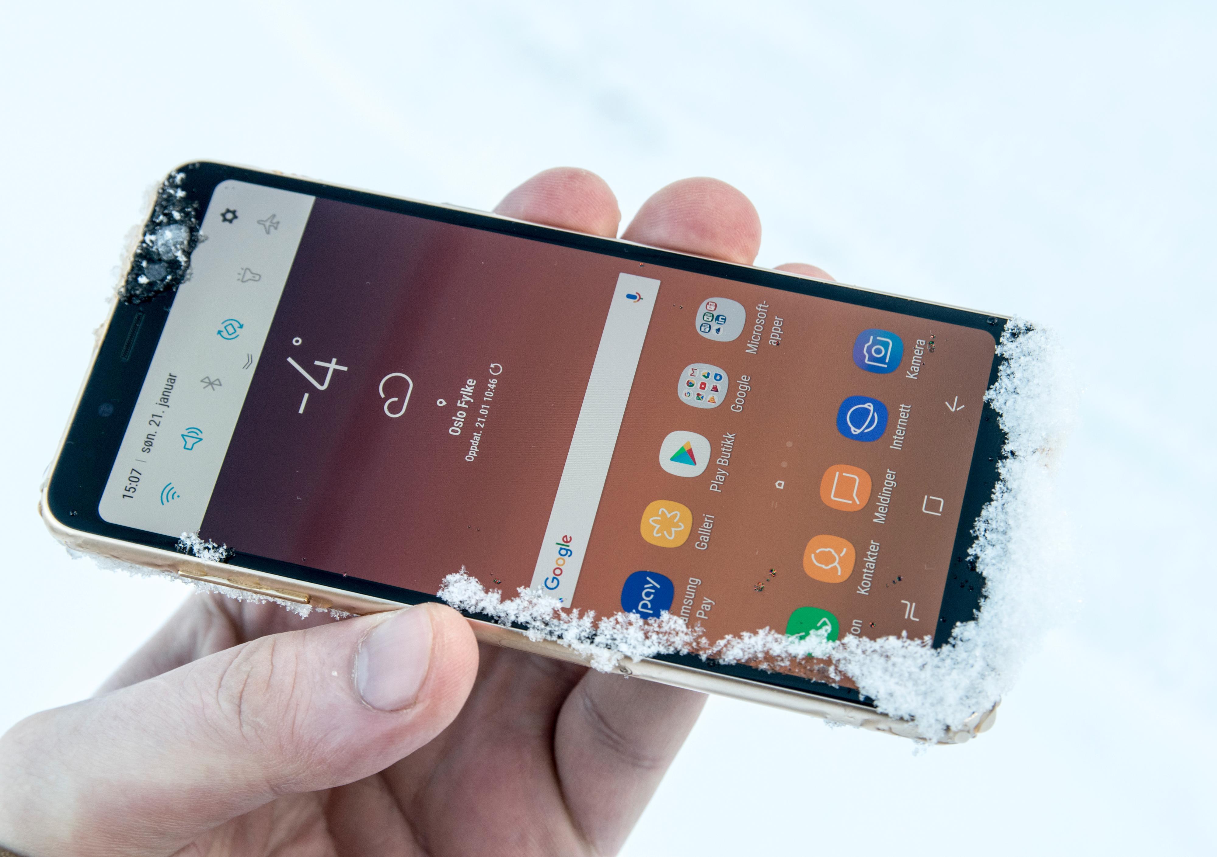 Galaxy A8 er vanntett, akkurat som storebror S8. Menyene har også svært mye til felles mellom de to telefonene.