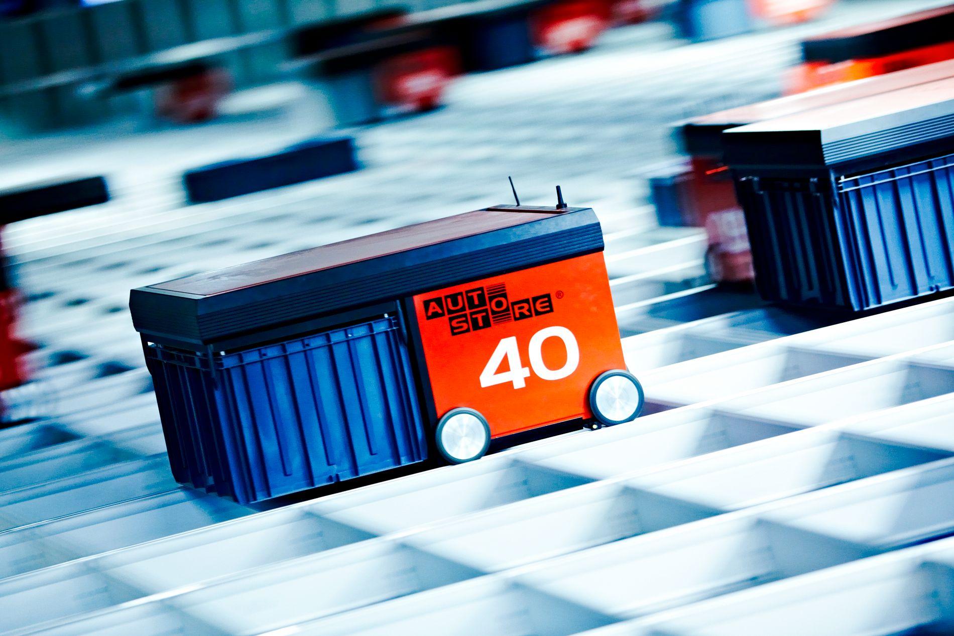 Robot nr. 40 av 75 suser over lagersystemet. Alle robotene går på batteri og kjører selv til ladestasjonen når batteriet nærmer seg tomt.