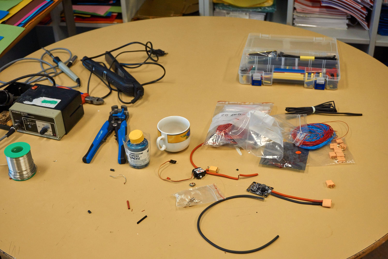 En del av utstyret som ble brukt til å lage droner med.