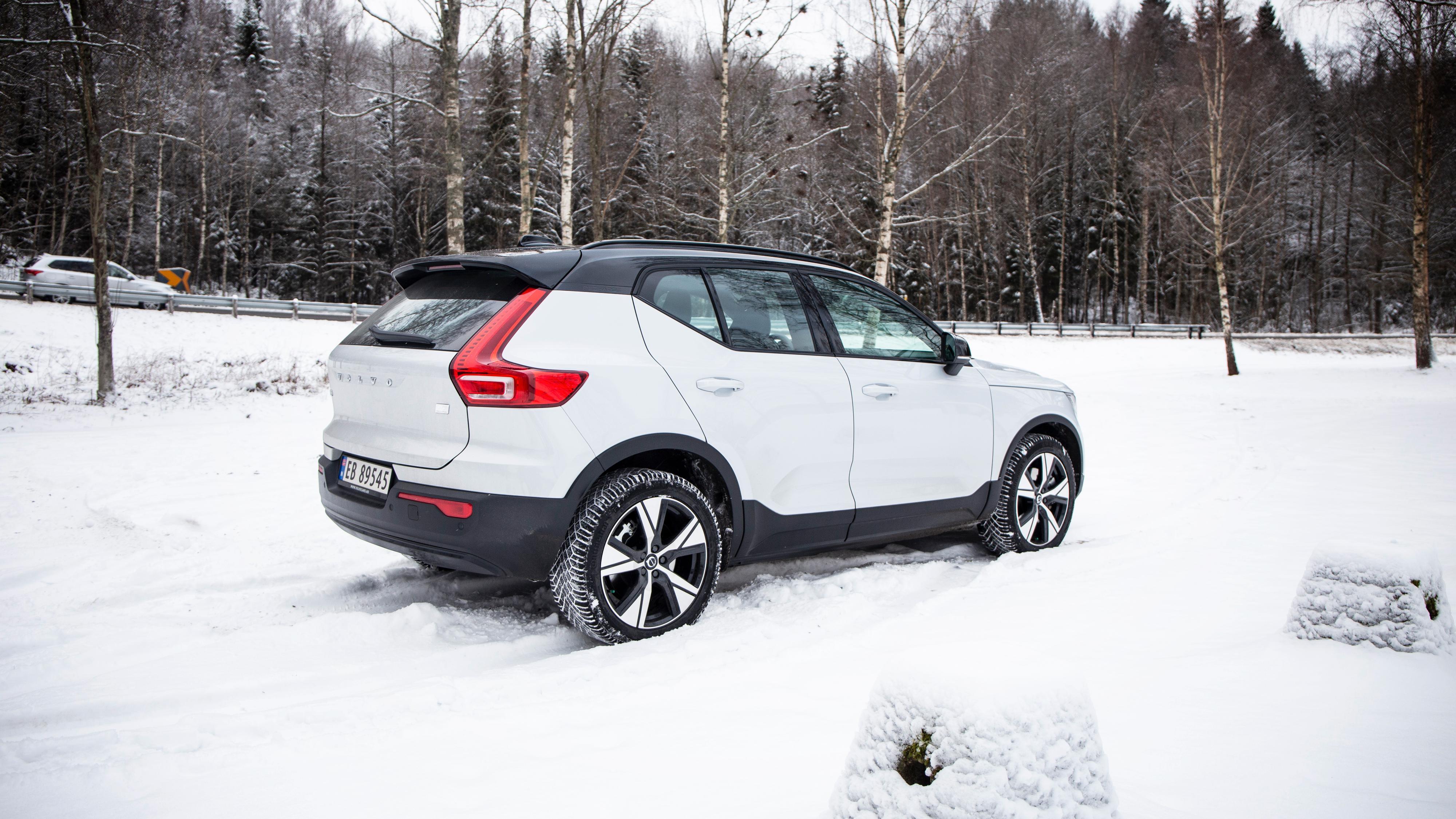 Volvo lanserer ny og rimeligere XC40-versjon med «bare» forhjulstrekk og med en mindre batteripakke. Prisen kuttes også betydelig.