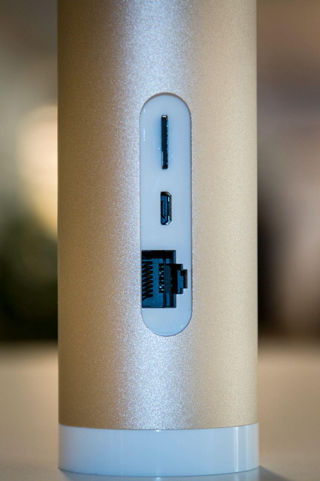 På kameraets bakside er det plass til nettverkskabel hvis du ikke vil koble til via Wi-Fi. Videre ser vi strømporten (mikro-USB) og plass til microSD-minnekort. Et slikt kort på 16 GB medfølger.