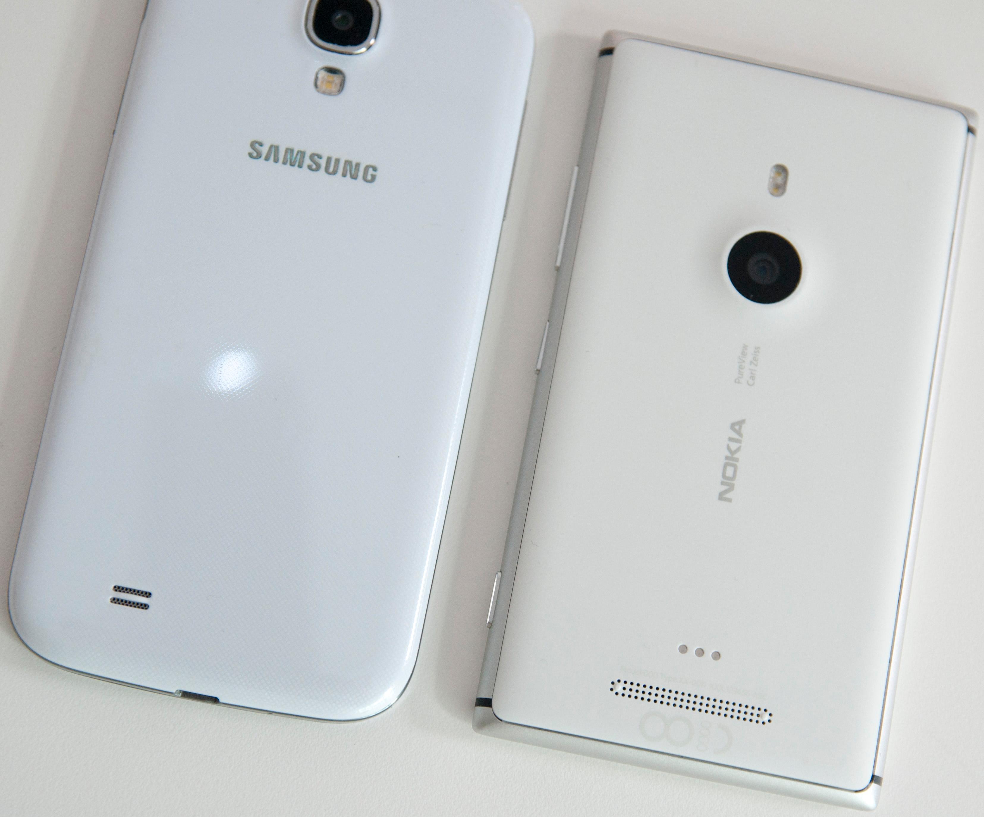 Samsungs toppmodell, Galaxy S4, ved siden av Lumia 925.Foto: Finn Jarle Kvalheim, Amobil.no