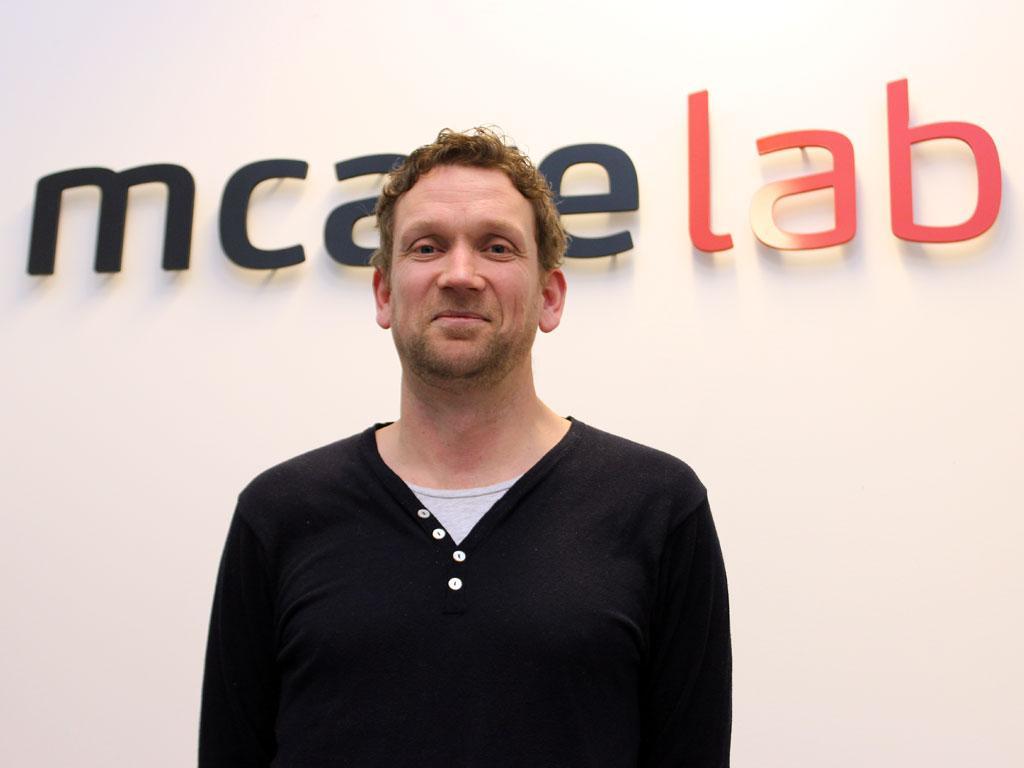 Ole Petter Fiskum i Mcare driver et av Europas fremste laboratorier for gjenoppretting av data fra mobiltelefoner. Nå blir tjenesten tilgjengelig også for private.Foto: Espen Irwing Swang, Amobil.no