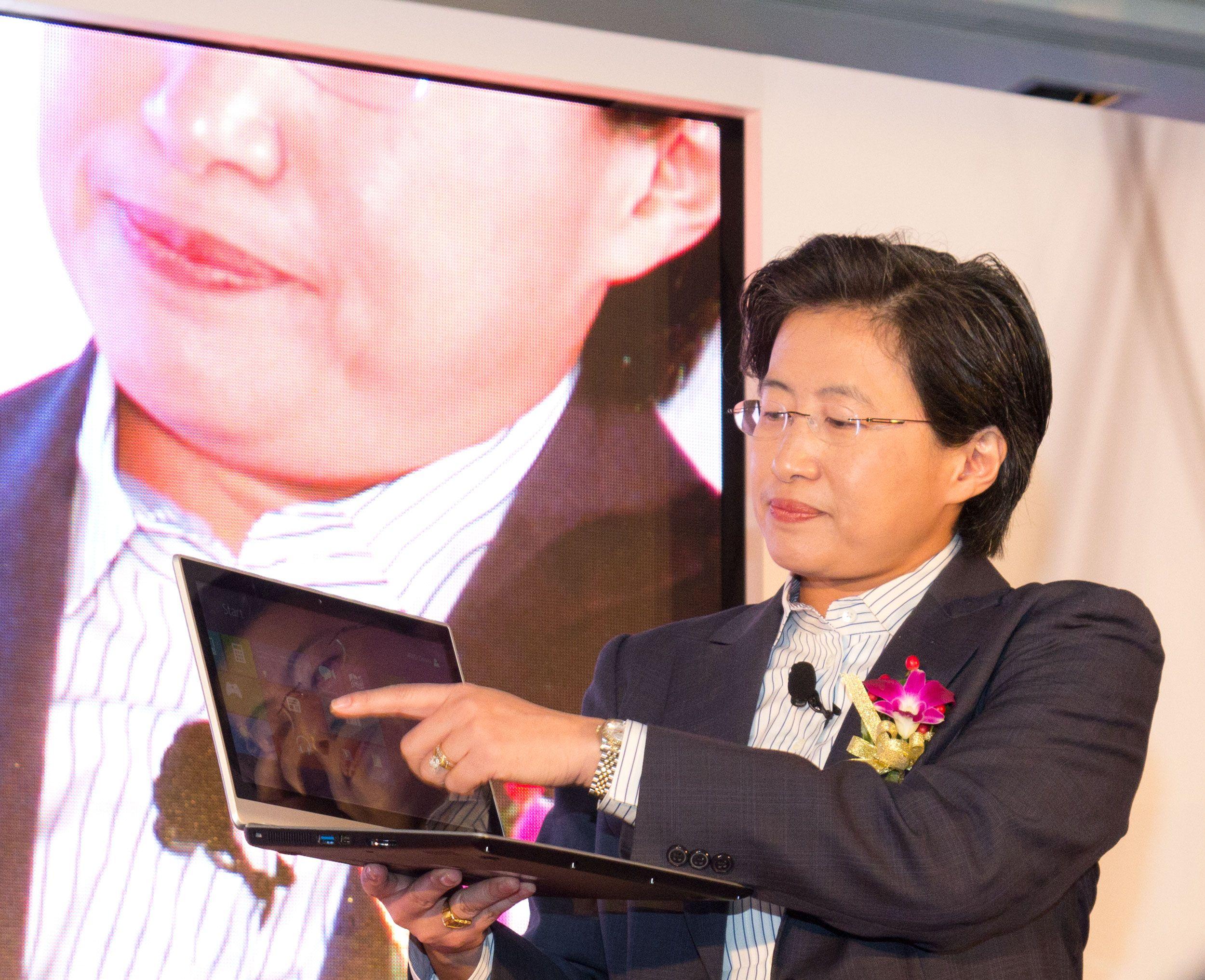 Lisa Su, med en av de nye AMD-maskinene.