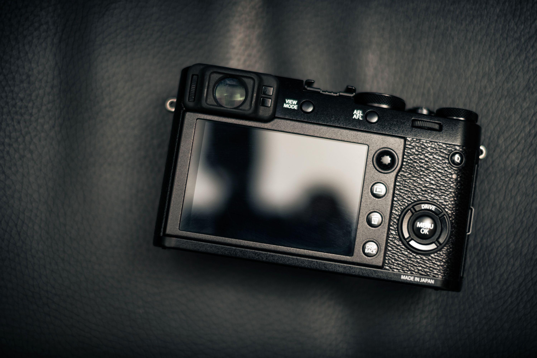 Fujifilm X100F sett bakfra.