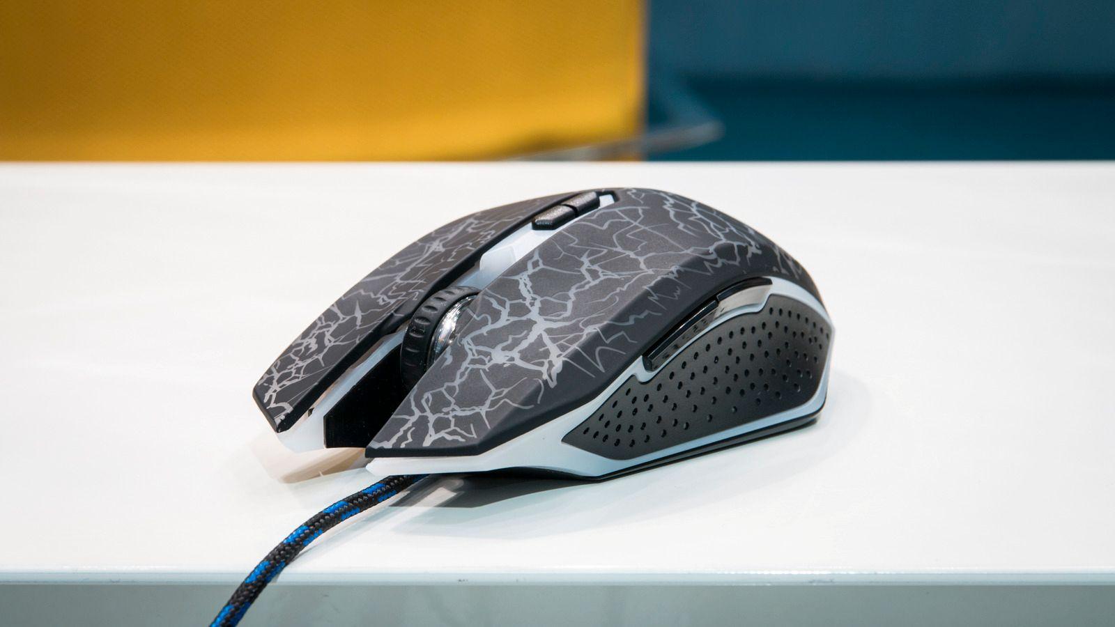 Exibel GMX-5 er testens største, og billigste spillemus; og den eneste med flettet kabel.