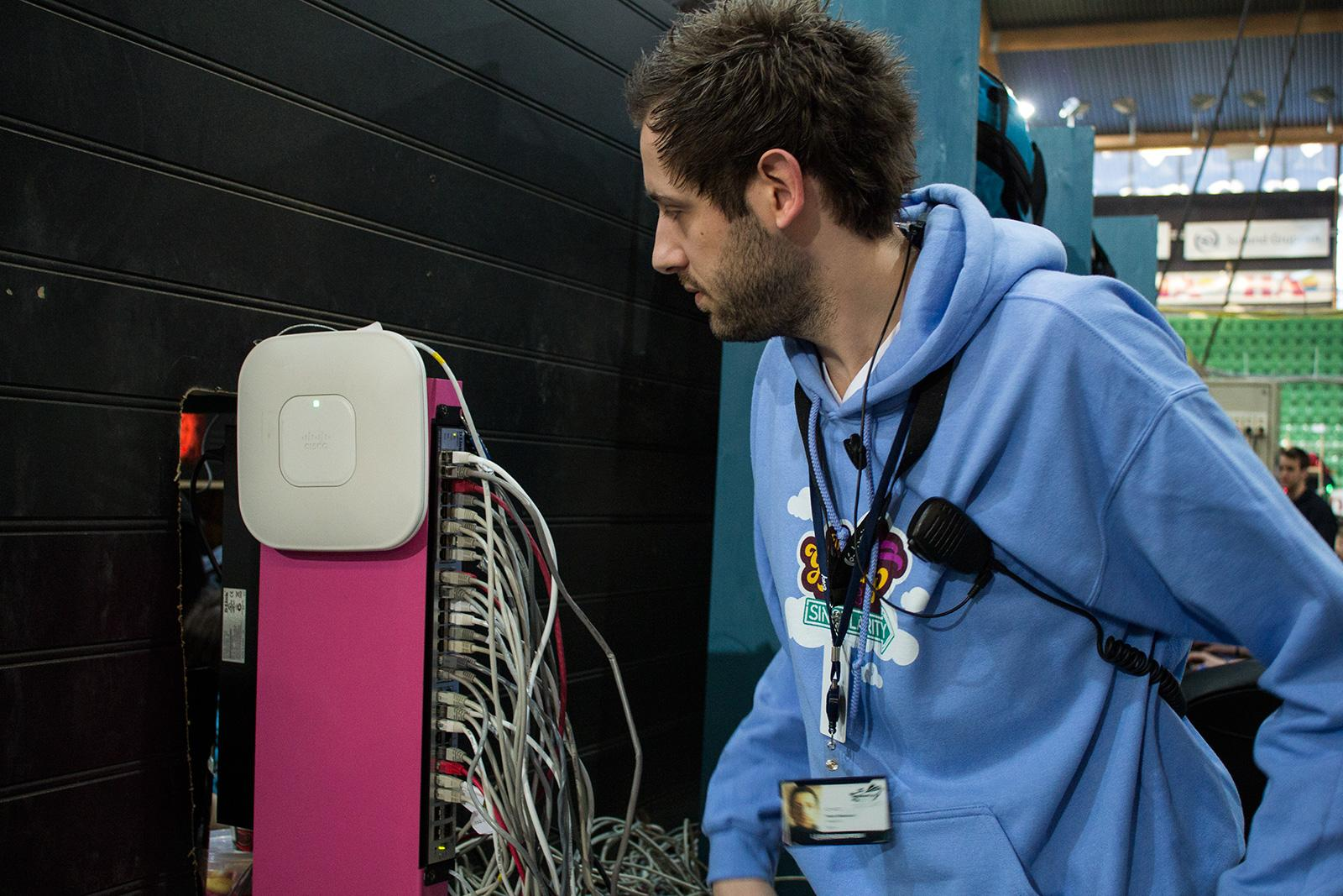Teknisk ansvarlig Peter Blakstad forteller at nettverket funker som det skal.Foto: Varg Aamo, hardware.no