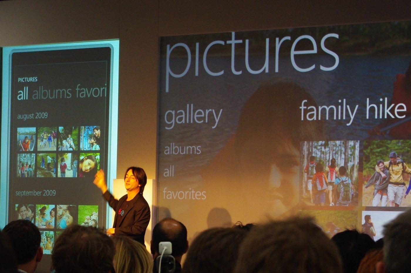 Windows Phone 7 har bildevisning som er i stand til å vise bilder og gallerier rett fra egen Facebook-profil.