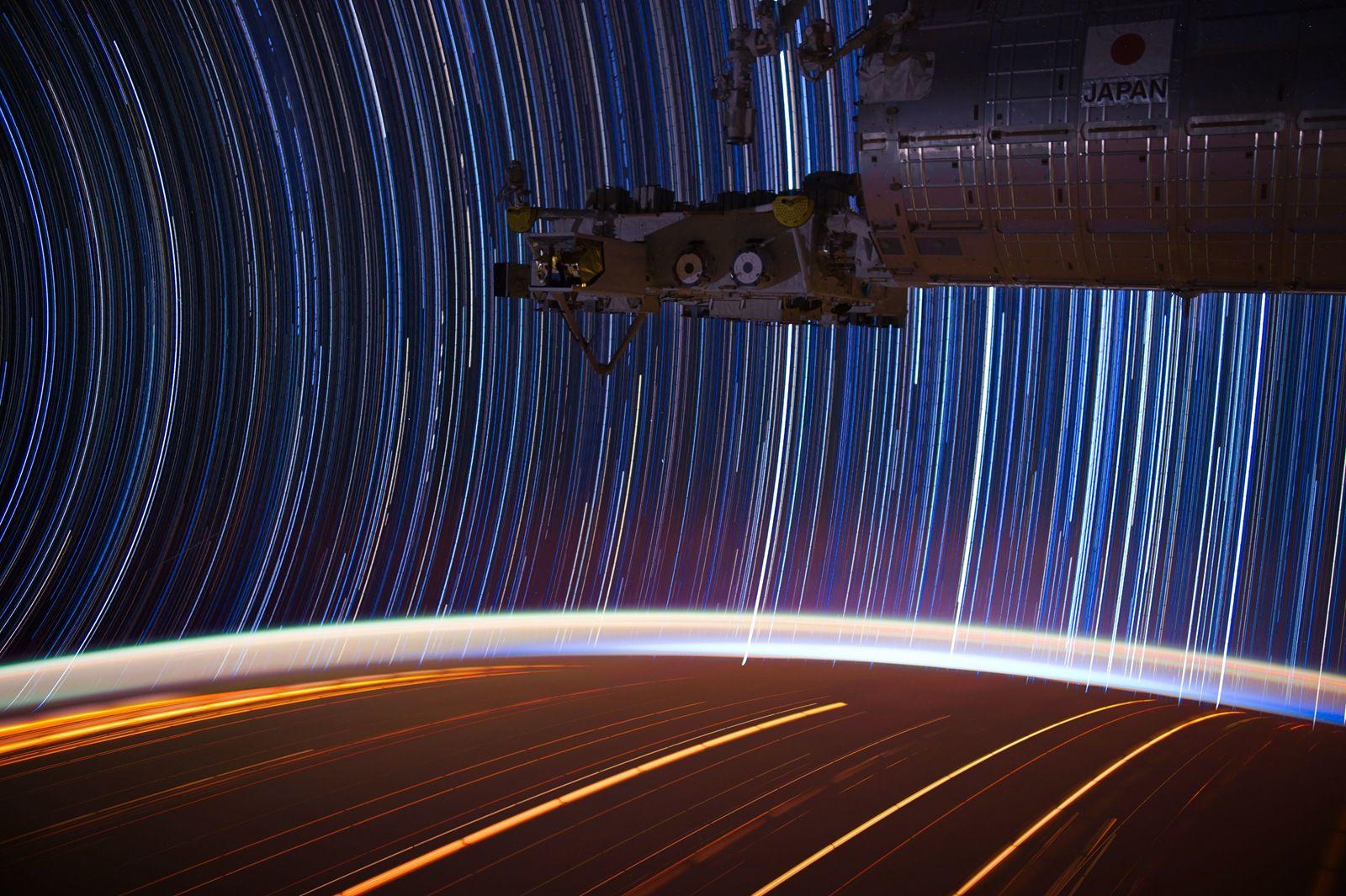 Star trails fra ISS, satt sammen fra flere lange eksponeringer.Foto: Donald Pettit/NASA, Public Domain