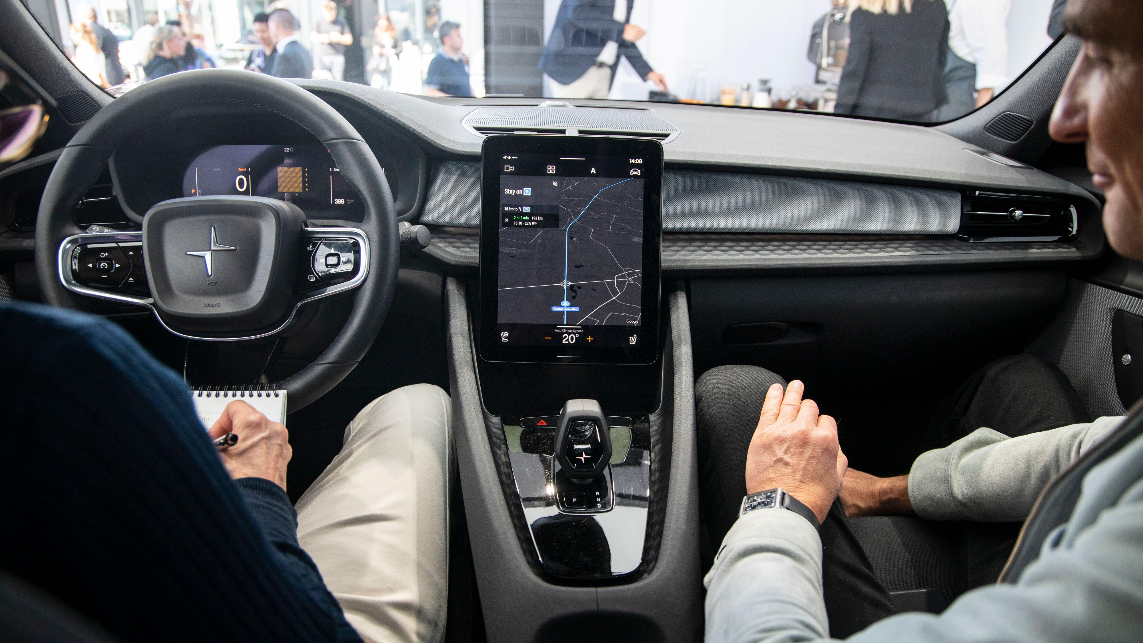 Polestar har ikke gått like langt i minimalistisk retning som Tesla har i sin Model 3, men designet er likevel ganske rent og elegant, med den drøye 11-tommers skjermen i midten som et åpenbart fokuspunkt.