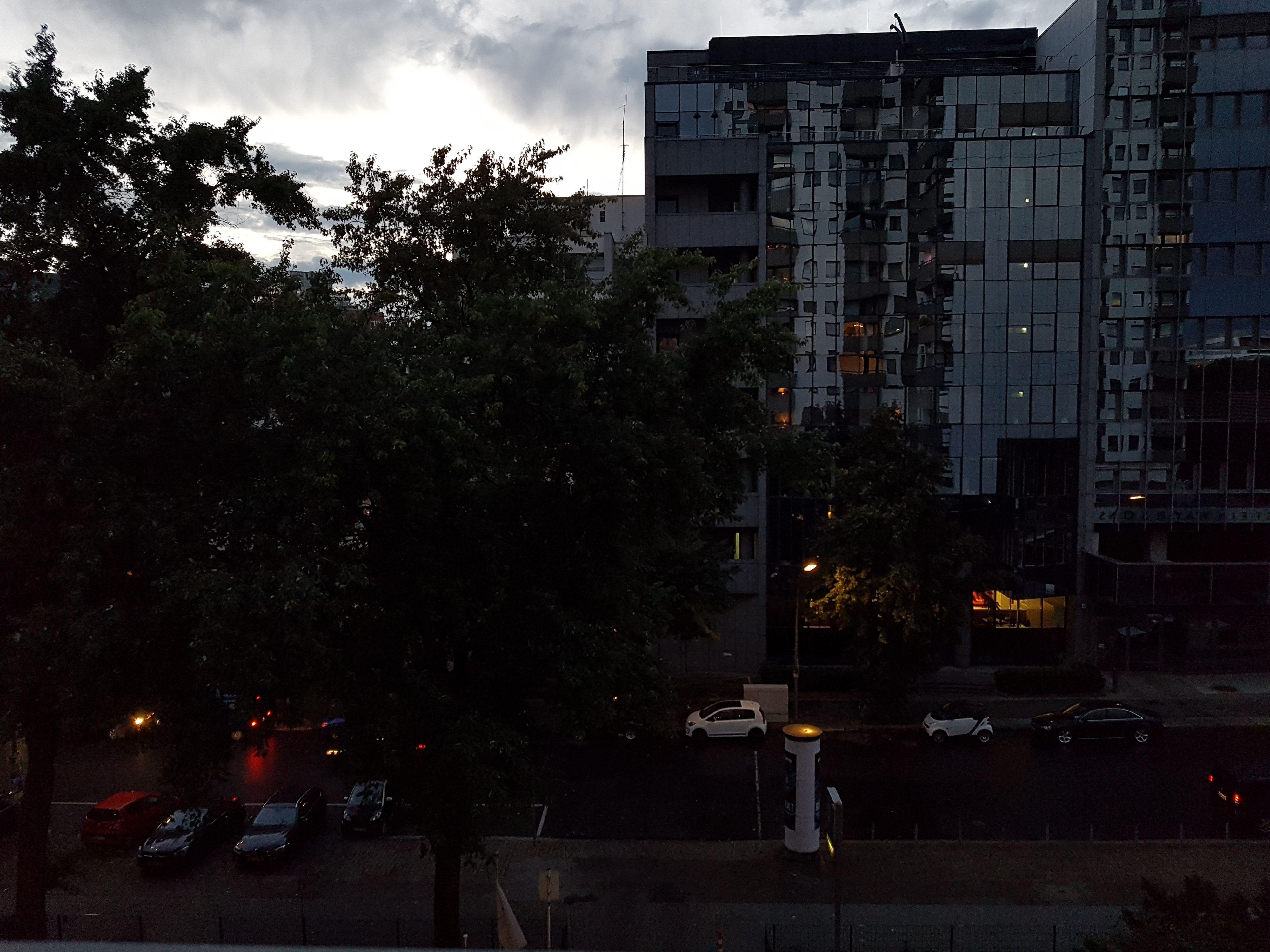 Siden det så ut til at vi kanskje hadde nok lys, forsøkte vi å få Galaxy S7 til å eksponere etter lyset på himmelen.