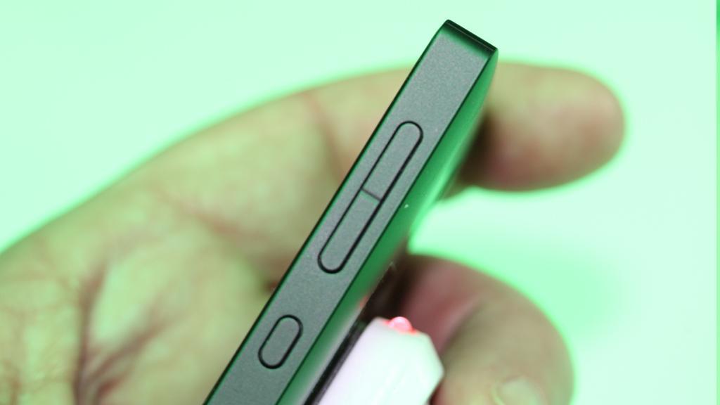 Nokia X er kanskje billig, men tynn er den ikke.Foto: Espen Irwing Swang, Amobil.no
