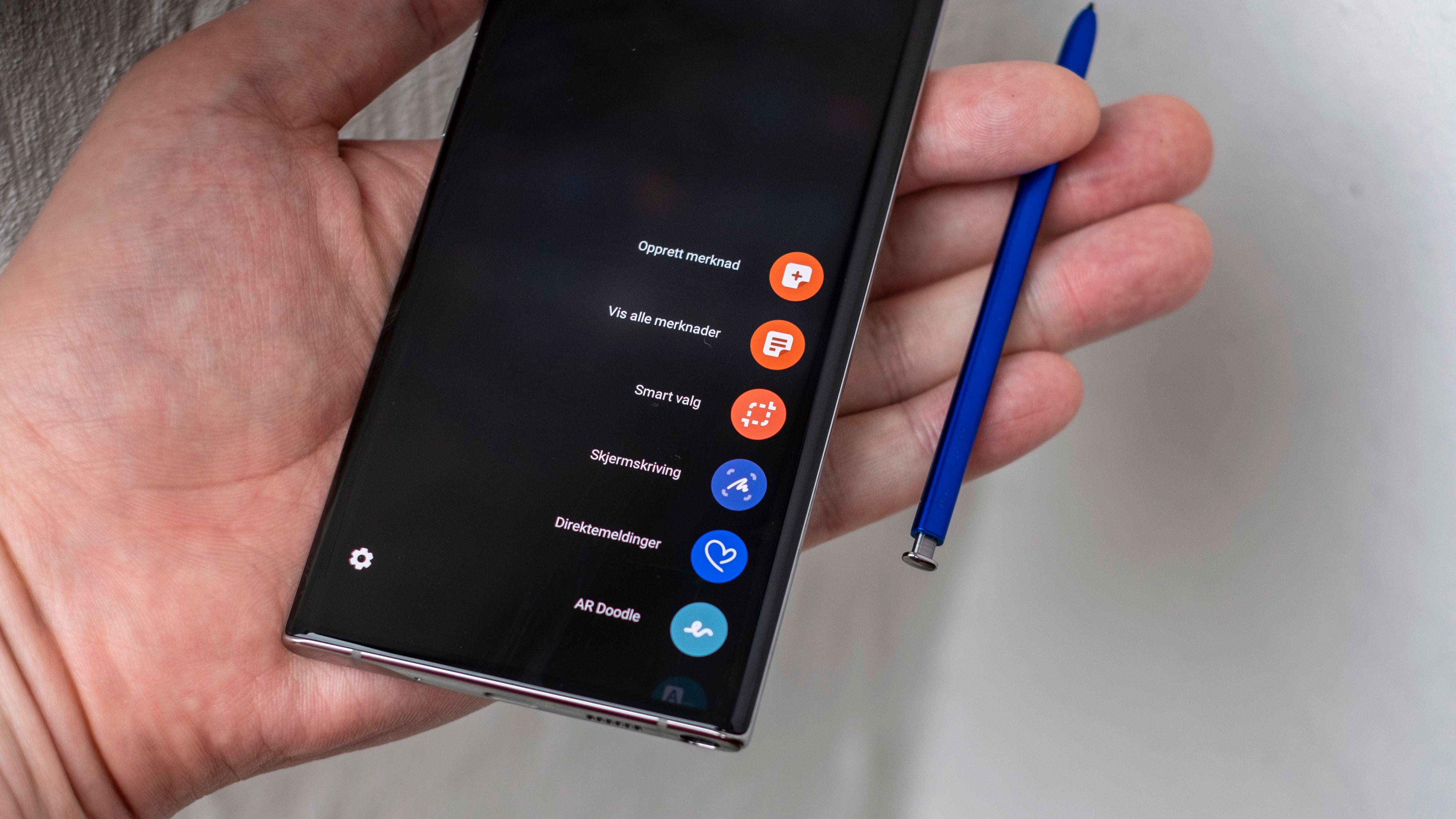 Et lite trykk mot det som ser ut som en knapp nederst på telefonen, og pennen spretter ut. Når du tar den helt ut av telefonen åpner den klassiske Note-menyen seg. Denne har vi sett før, men flere av ingrediensene her også er nyttige, for eksempel Smartvalg-løsningen som lar deg ta bedre skjermdumper enn på andre telefoner.