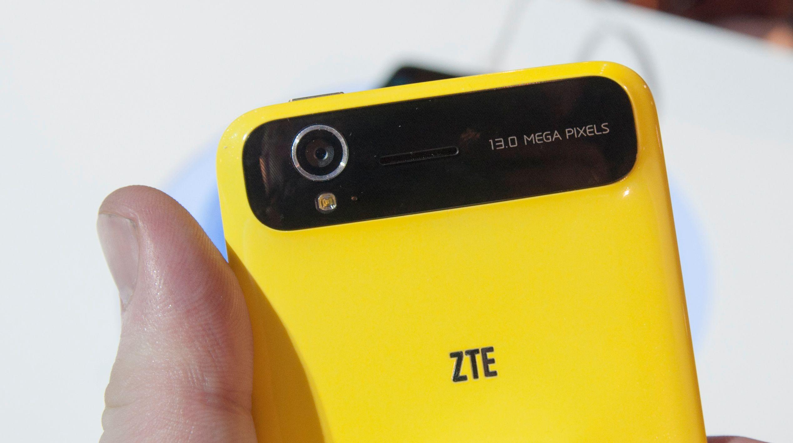 Akkurat rundt kameraet har telefonen en liten kul.Foto: Finn Jarle Kvalheim, Amobil.no