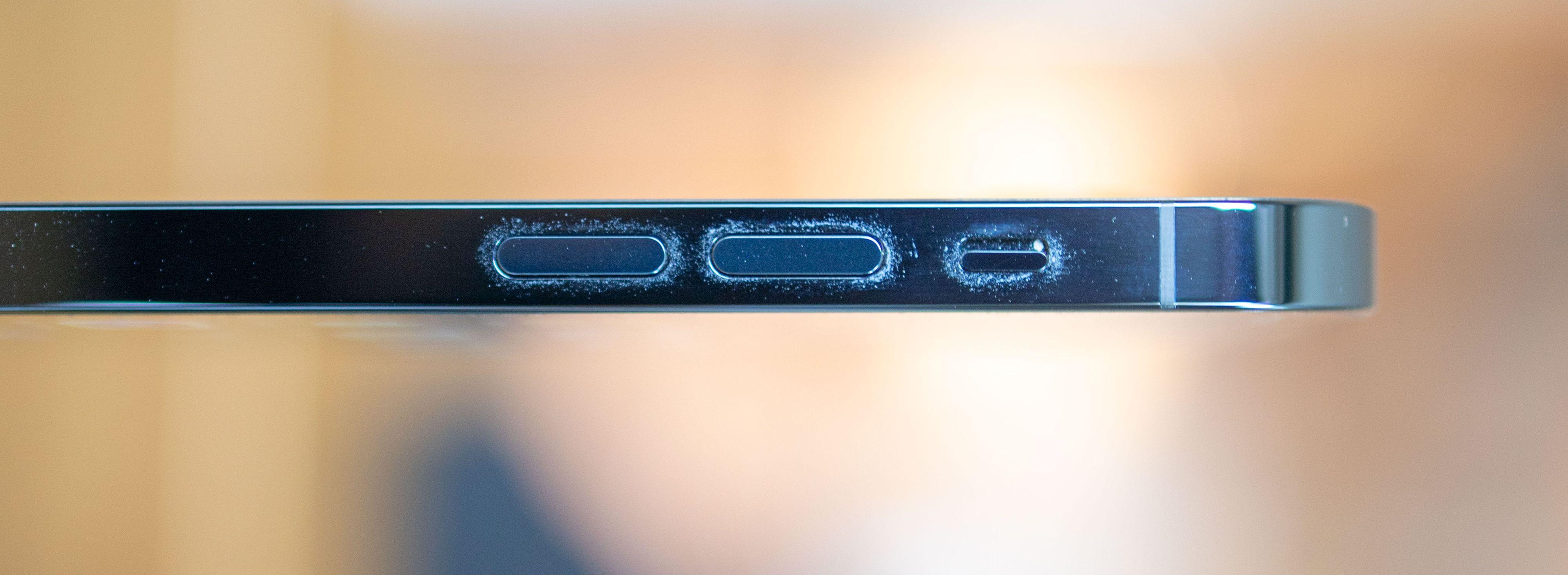 De blanke sidene er magneter for fingeravtrykk og fettmerker. Men det ser fint ut på avstand, da!