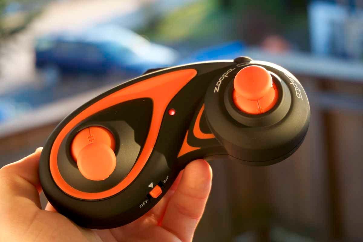 Kontrolleren til Zoopa Q Zepto 55 ser rett og slett tøff ut. Den er også testens beste i bruk. Foto: Torstein Norum Bugge, Tek.no